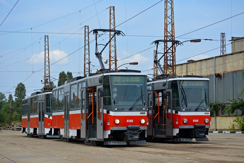 Ex-pražské vozy T6A5 v bulharské Sofii. (foto: Andrej Zografski, SPASI SOFIA)