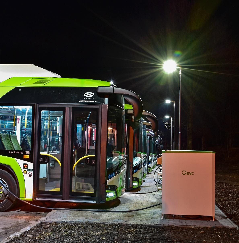 Elektrobusy Škoda Perun HE během nabíjení v třineckých autobusových garážích. (foto: Miroslav Halász)