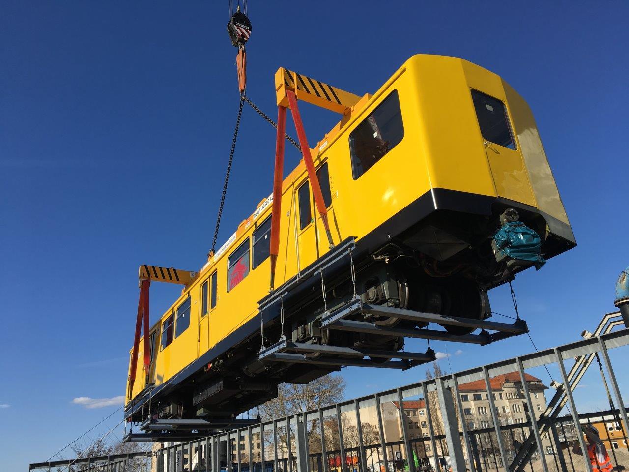 Vagóny metra musejí být spuštěny do otevřené části tunelu jednotlivě pomocí speciálního jeřábu. (foto:Markus Jurziczek)