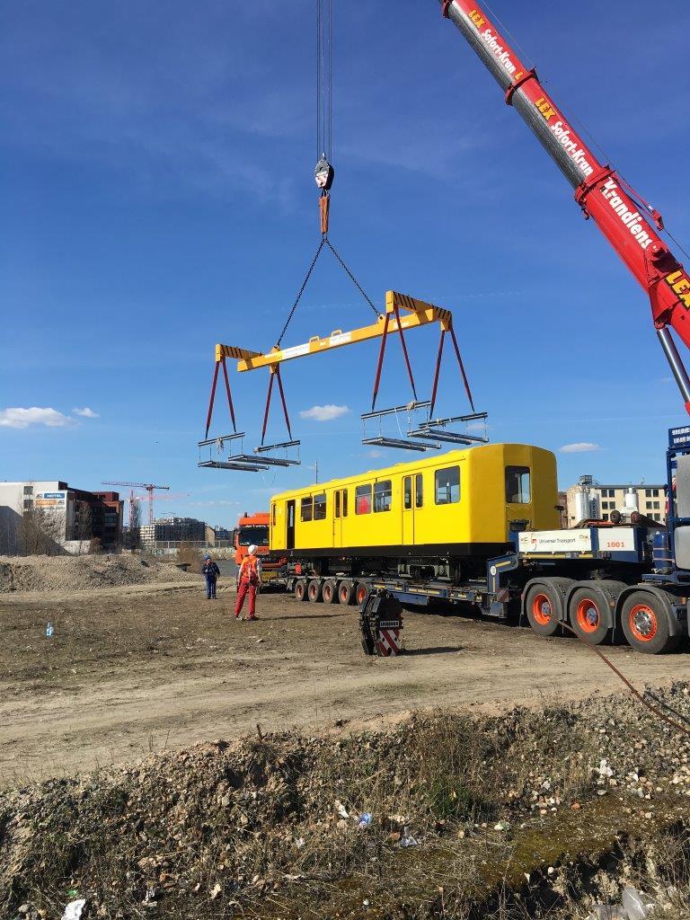 Příprava na spuštění metra do podzemí na trase U55. Na místo je metro dopraveno pomocí trajleru společnosti Universal Transport, která se na přepravu podobně náročných nákladů specializuje.(foto:Markus Jurziczek)