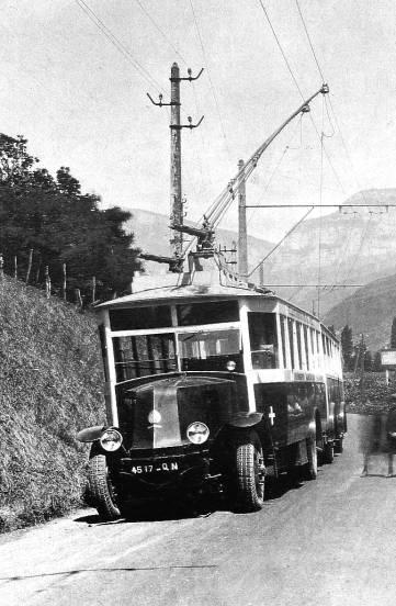 VETRA O.T.S.C. na trati Chambéry – Chignin-les-Marches. Povšimněte si kladek, díky kterým byl proud odebírán.
