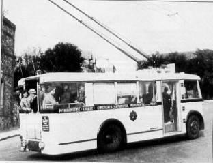 Rouenský trolejbus se zadní polootevřenou plošinou na lince č. 15 roku 1936. (foto: Jean-Luc Bayeux / časopis Charge Utile, č. 91 / juin 2000)