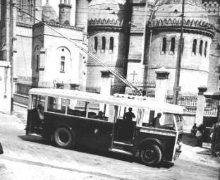"""VETRA CS 35 z Alžíru. (foto: sbírka J. P. Chenais, repro z knihy """"Trolleybus français"""")"""