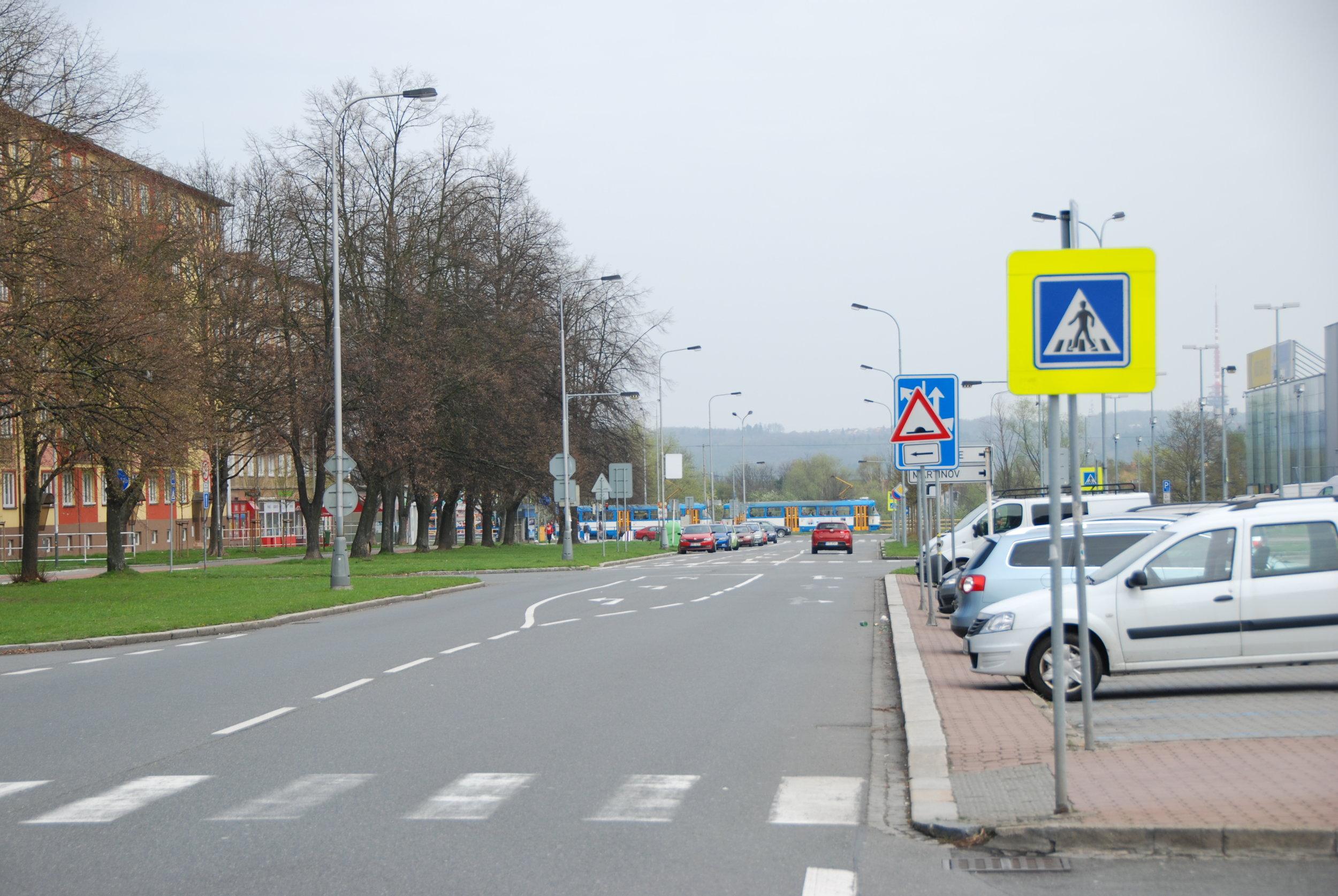 Ulice Francouzská dnes. Právě pod touto silnicí (resp. pod částí této silnice a pod širokým zeleným pásem) měla vést cca 540 m dlouhá trasa tramvajové tratě v podzemí.