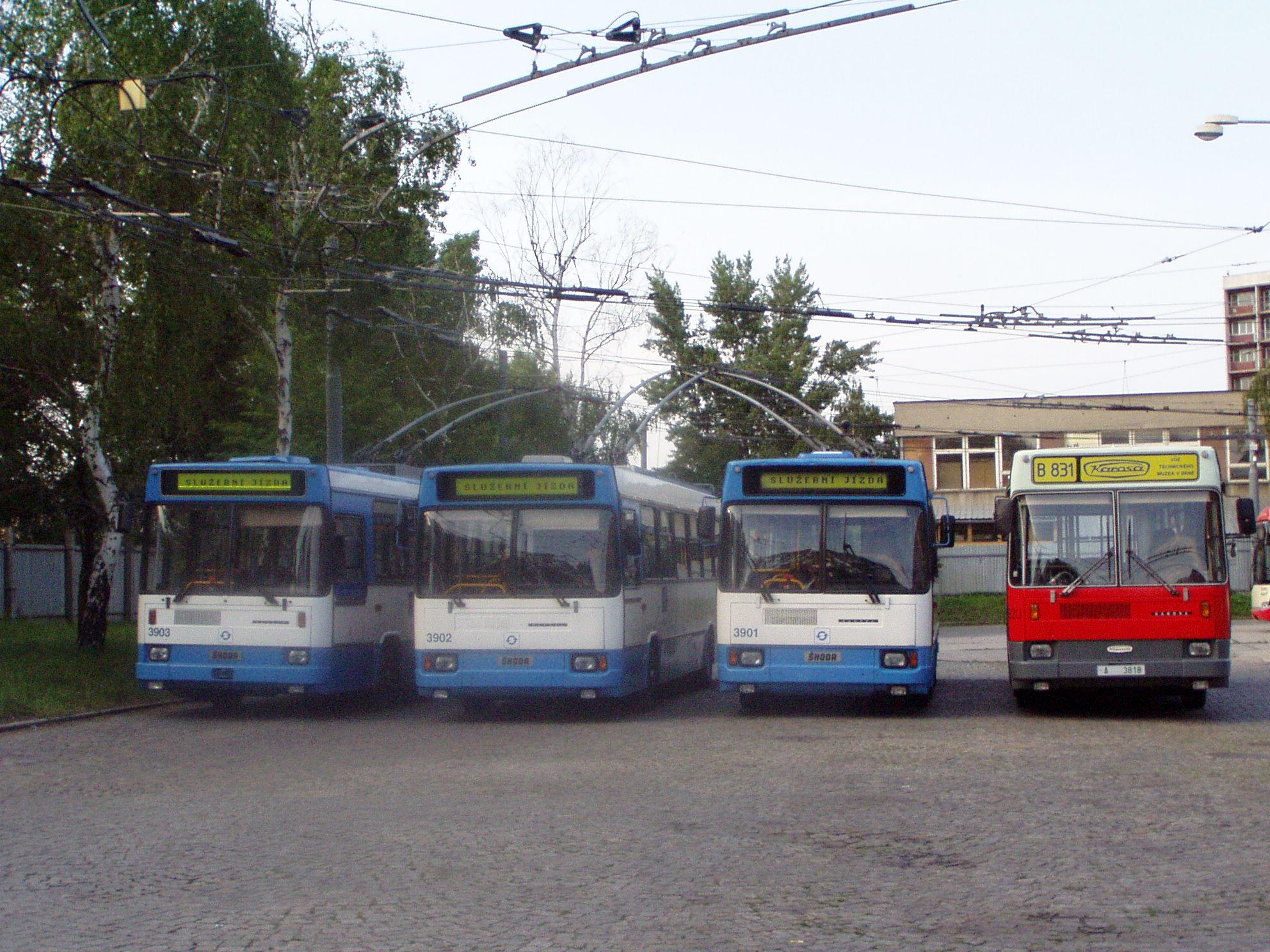 Unikátní setkání všech čtyř dochovaných vozidel unifikované řady 17 Tr/B831 v Ostravě v květnu 2006. Historický autobus pózuje vedle tehdy ještě běžněprovozních vozů Škoda 17 Tr ostravského DP ev. č. 3901 až 3903. (foto: Libor Hinčica)