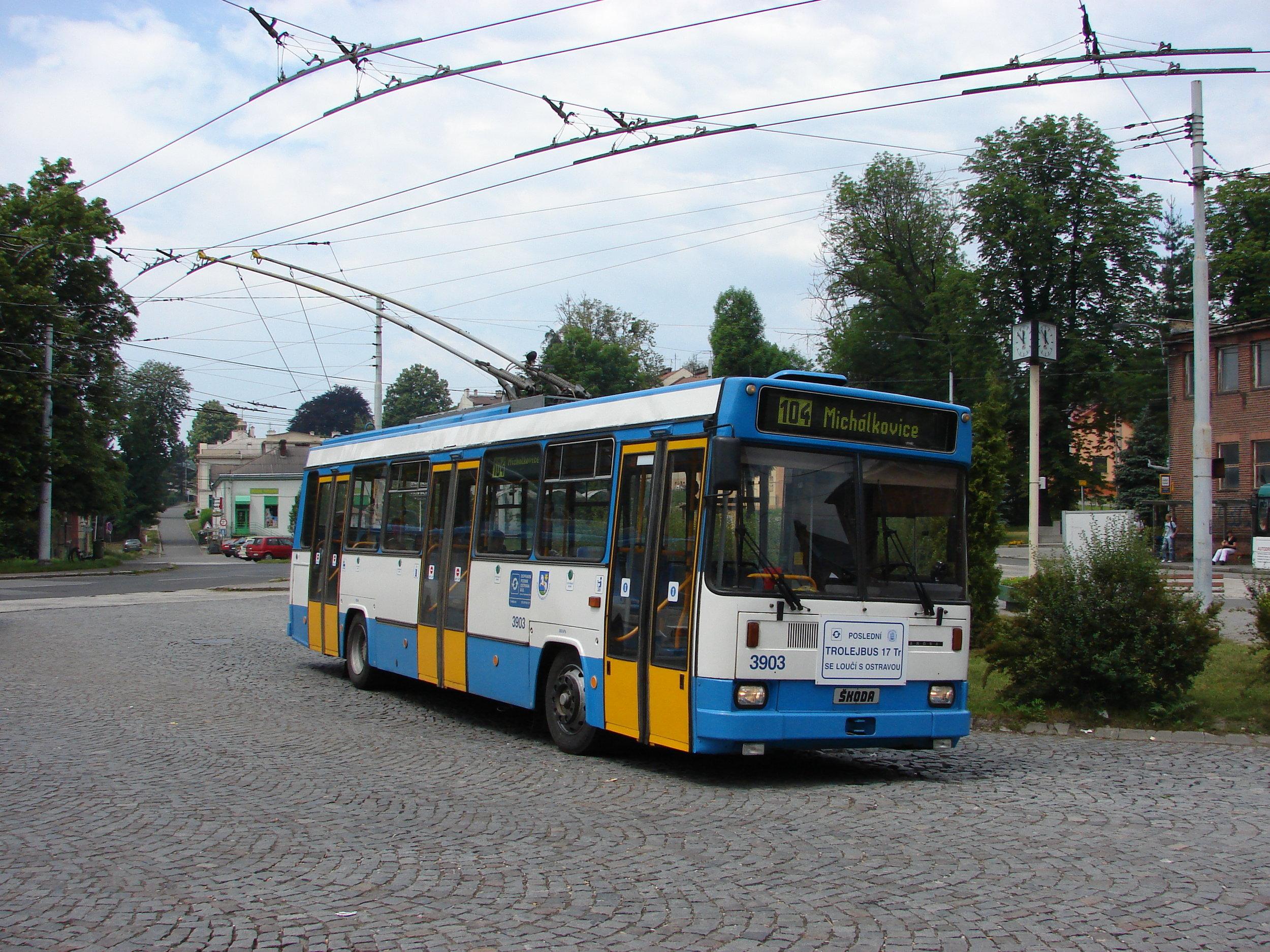 Rozlučková jízda vozu ev. č. 3903 (funkčního vzorku) v Ostravě v červnu 2007 před předáním do Technického muzea v Brně. Šlo o poslední provozní vůz typové řady 17 Tr v Ostravě. Snímek pochází ze smyčky Michálkovice. (foto: Libor Hinčica)