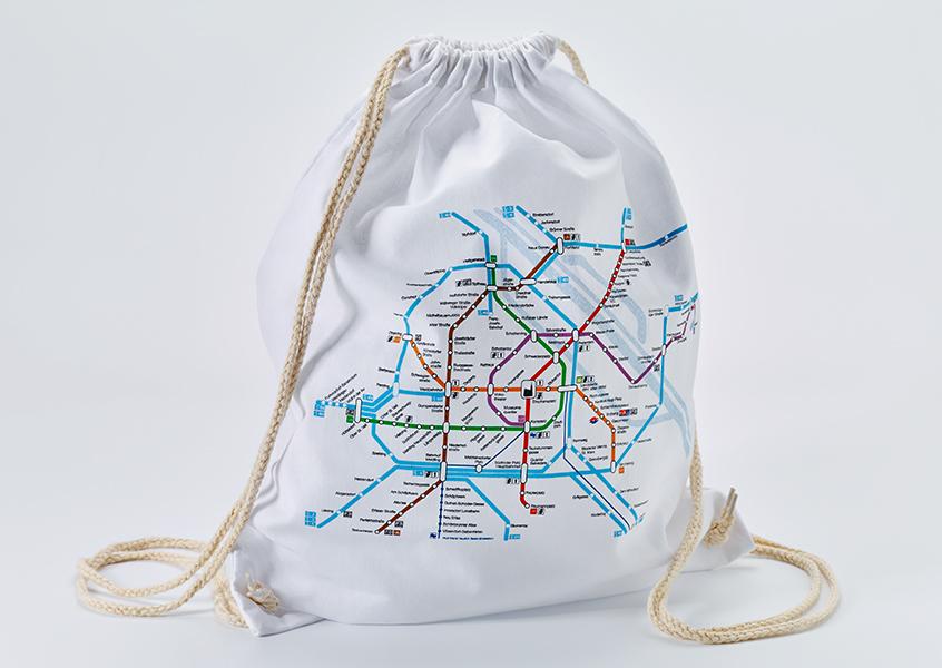 Úspěšnou novinkou mezi upomínkovými předměty Wiener Linien je bavlněný batůžek se schématem linkového vedení metra a S-Bahnu. (foto: Wiener Linien)