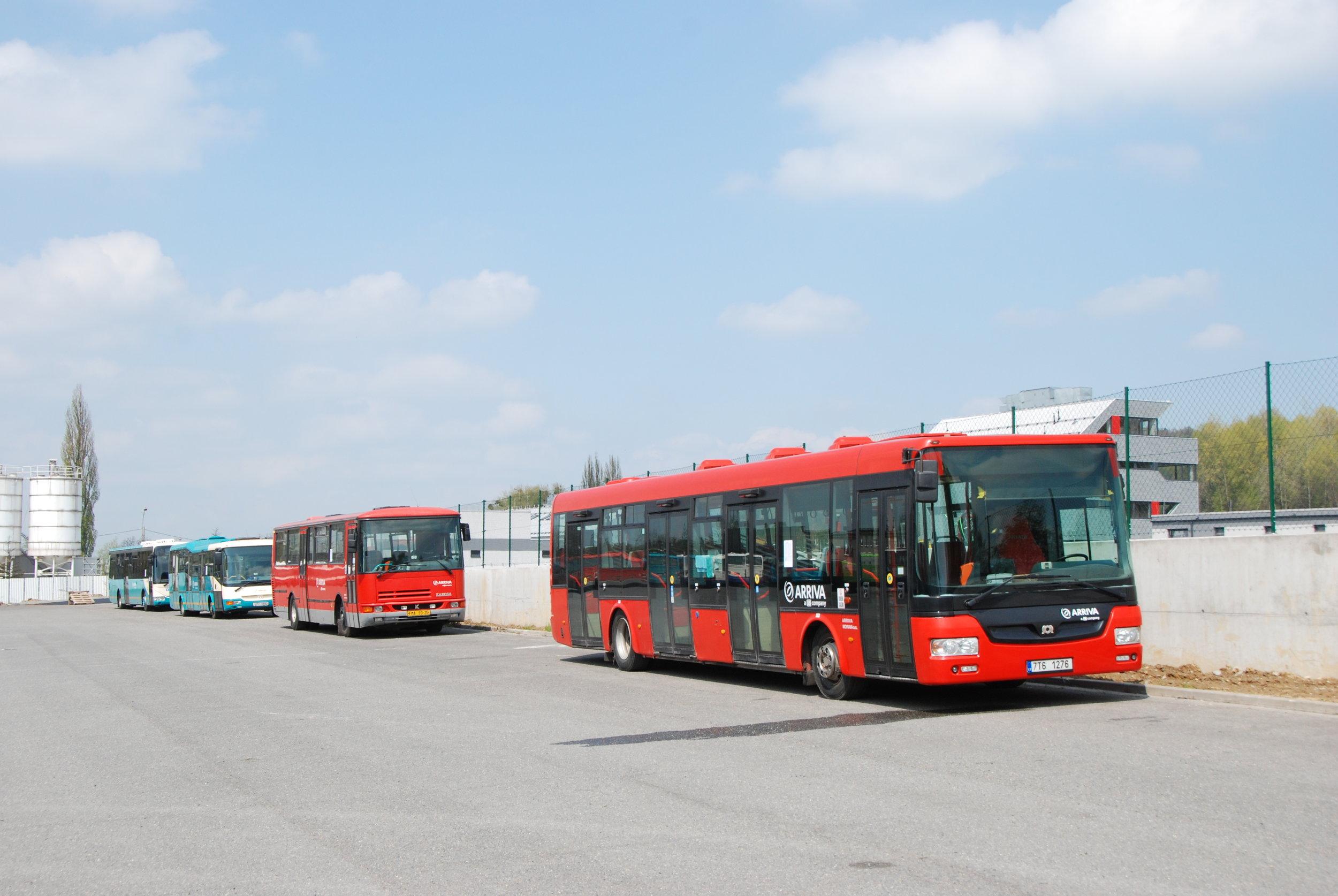 V třineckých garážích byly připraveny k fotografování také další autobusy, jež se objevují na linkách městské a příměstské dopravy. (foto: Libor Hinčica)
