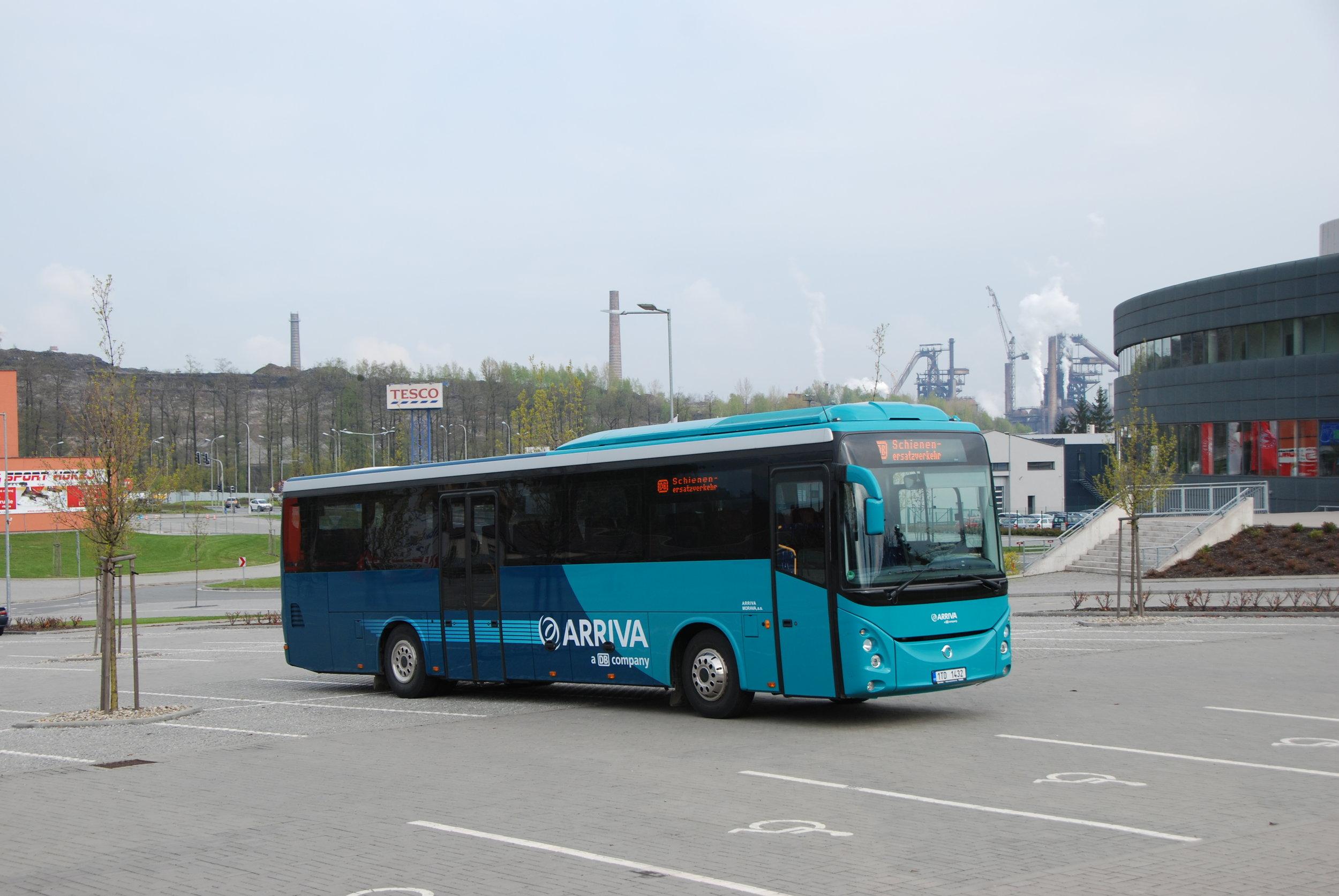 """Zajímavým doplněním akce byla projíďka vozem Evadys, který si Arriva Morava nedávno pořídila od Deutsche Bahn. Účastníci akce v Třinci byli prvními """"českými cestujícími"""", které autobus svezl. (foto: Libor Hinčica)"""