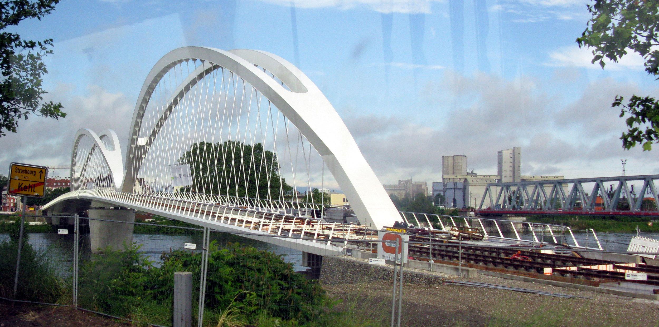 Významným prvkem nové tramvajové tratě je také nový most francouzského architekta Marca Baraniho. (zdroj: Wikipedia.de)