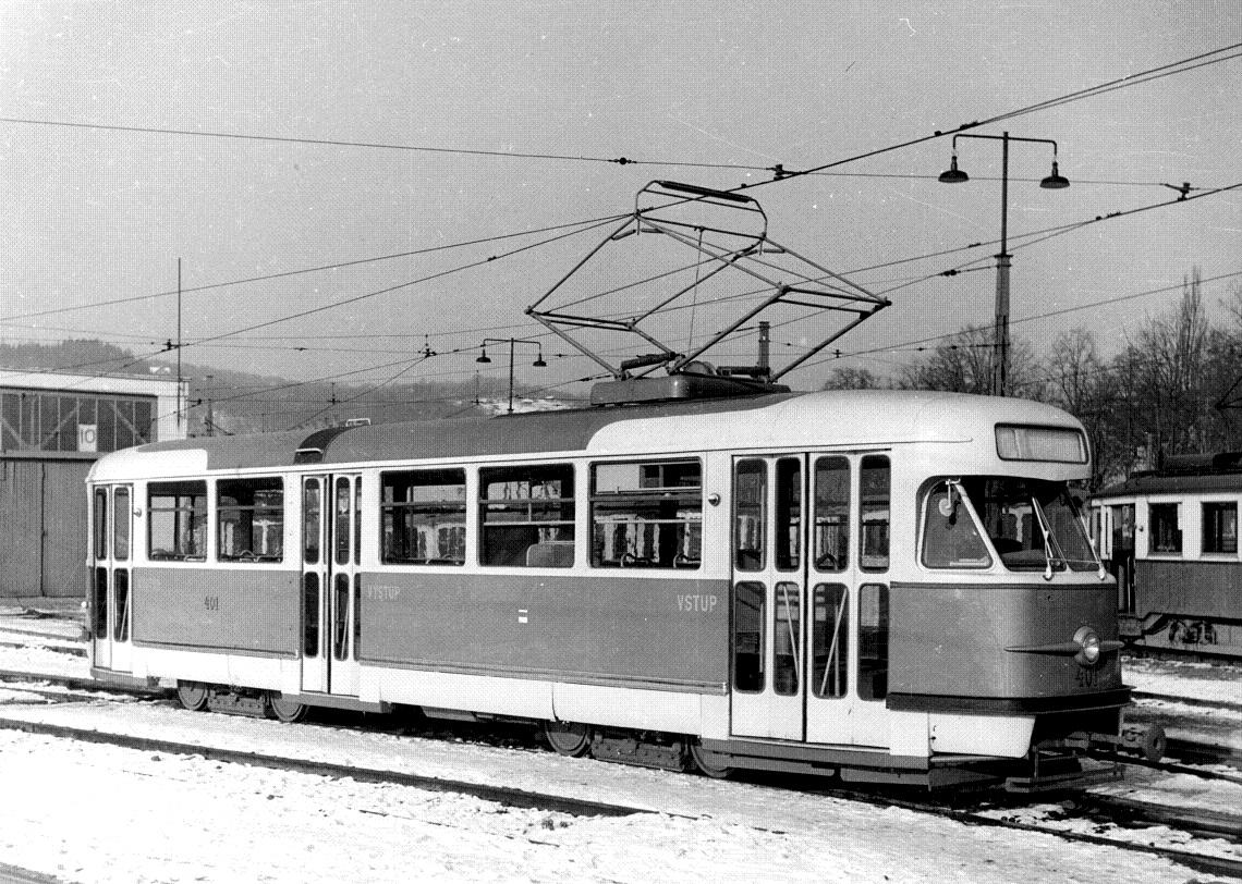 """Původní vzhled vozů T2 v Brně. Na snímku je vůz ev. č. 401, první """"té dvojka"""" dodaná do Brna na sklonku roku 1957. Tramvaj je ještě vybavena talířovými spřáhly, která byla až později měněna za dnes obvyklá spřáhla """"pražského typu"""".(sbírka: Tomáš Dvořák)"""