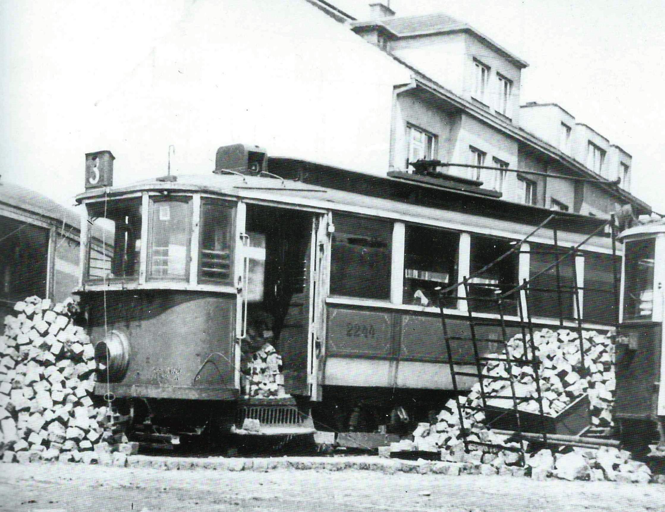 Řada tramvají elektrických podniků posloužila pro stavbu improvizovaných barikád, na nichž vozy neušly poškození.