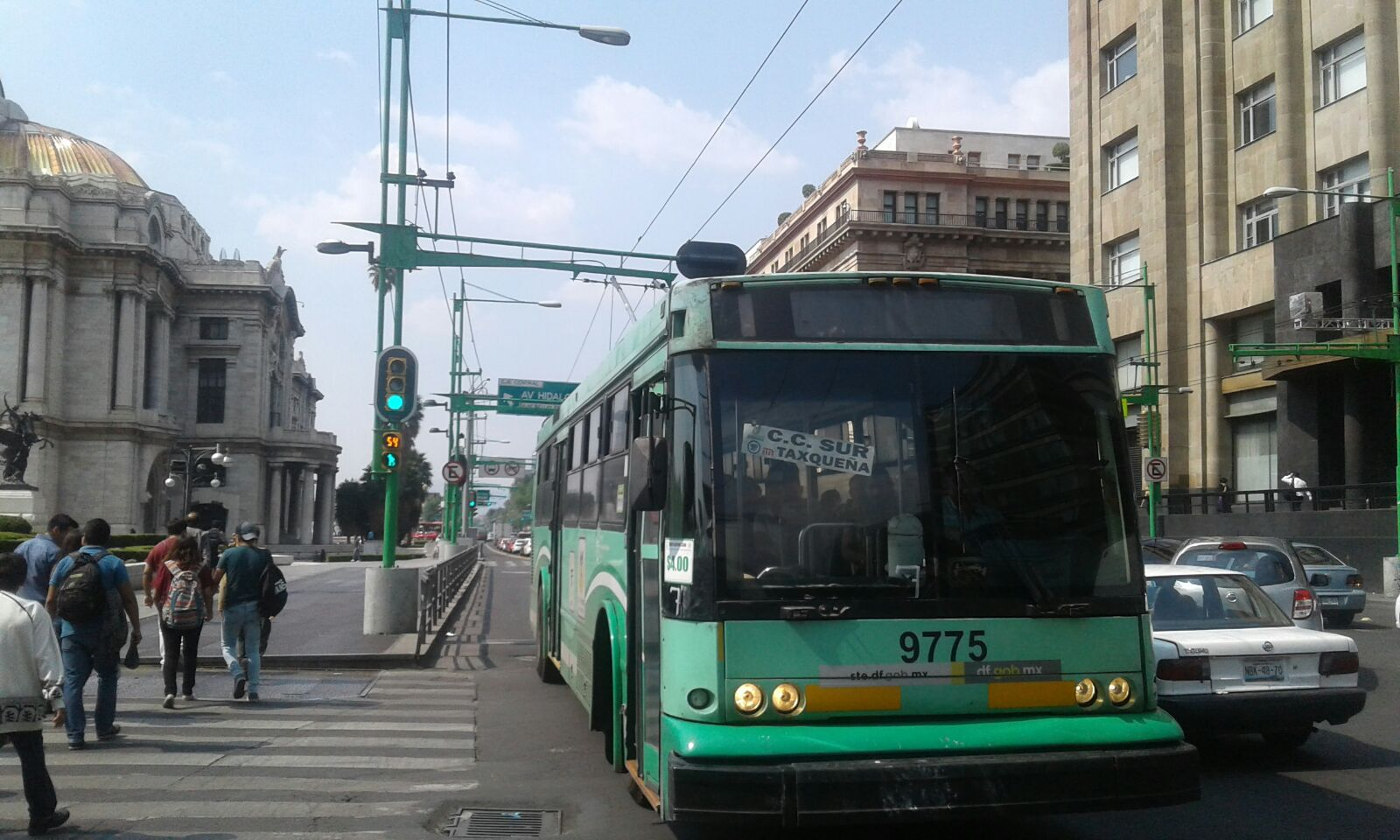 Trolejbusy na lince A v hlavním městě Mexika, jmenovitě na tříděEje Central Lázaro Cárdenas v blízkosti mrakodrapu Torre Latinoamericana a Palacio de Bellas Artes,na snímcích pořízených dne 12. 5. 2017. (foto: 4x Luis Herón Cordero Padrón)