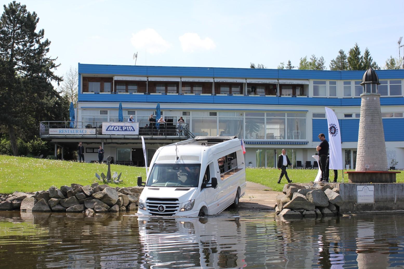 ...avšak ENJOY SPRINTER se nezalekne ani vody.(foto: Auto-Bus.cz)