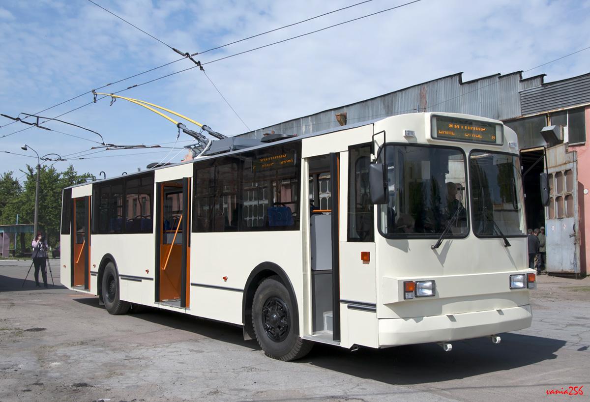 """Trolejbus po provedené modernizaci. Nástup u prostředních dveří je řešen jako nízkopodlažní.(foto: """"vania256"""")"""