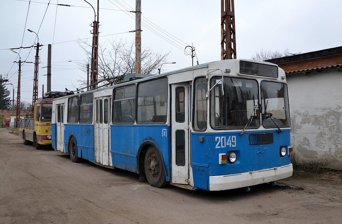 """Původní vzhled trolejbusu ZiU-682G ev. č. 2049 z roku 1991. (foto: """"vania256"""")"""