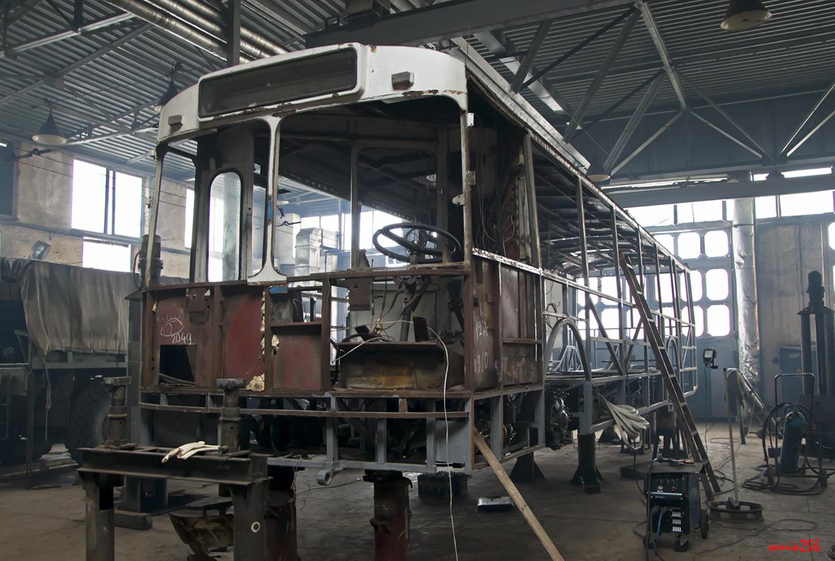 """...tento snímek z opačné strany ale ukazuje, že z původního vozu ZiU-682 bylo převzato v podstatě celé přední čelo.(foto: """"vania256"""")"""