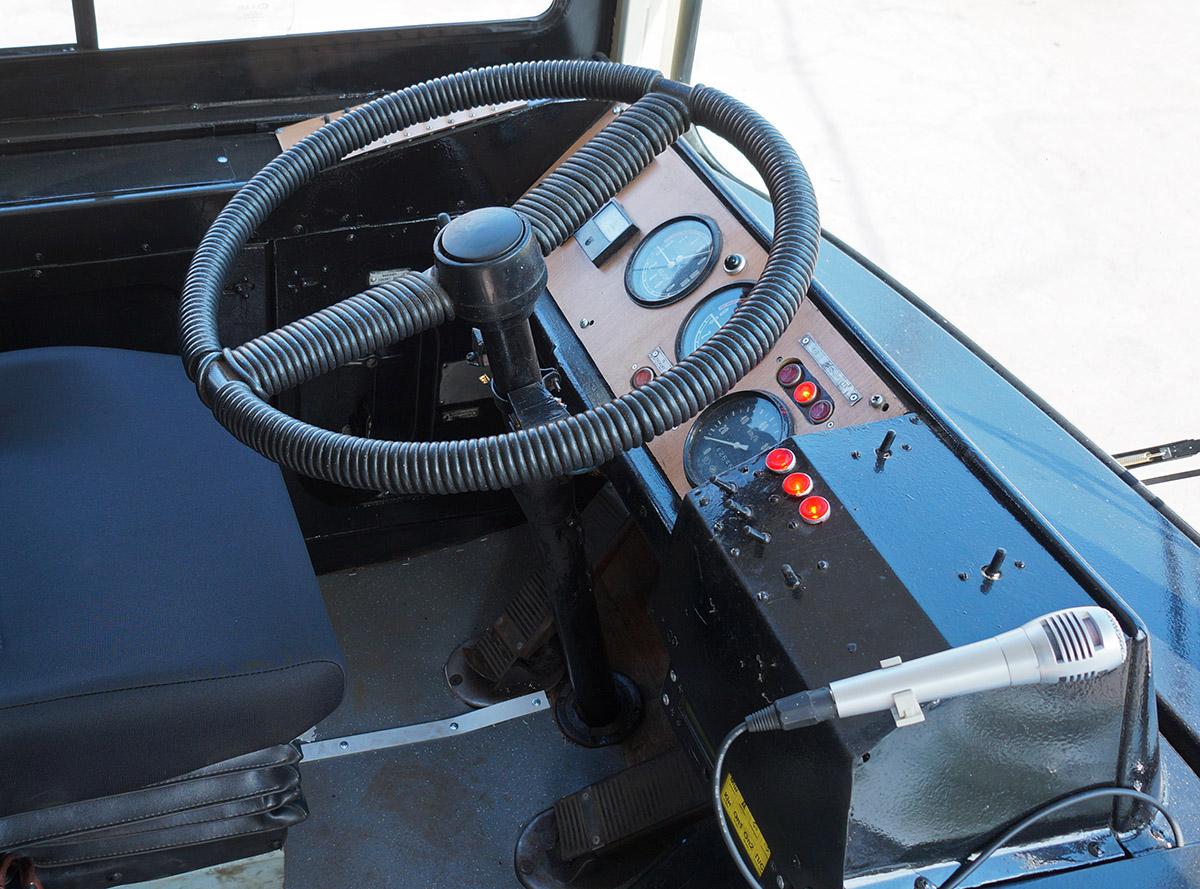Stanoviště řidiče sice bylo upraveno (použity jsou například jiné přepínače), nicméně celkově vzato jde o původní řešení vozu ZiU-682G, včetně původního volantu. (Michail Chochlov)