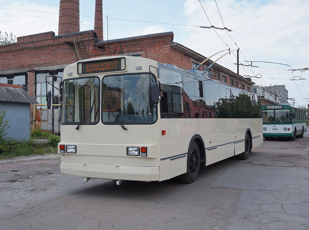 """Ještě jeden pohled na vůz ZiU-682G po modernizaci. Za trolejbusem je pro srovnánívidět vůz téhož typu v původním provedení.(foto: """"Illya23"""")"""