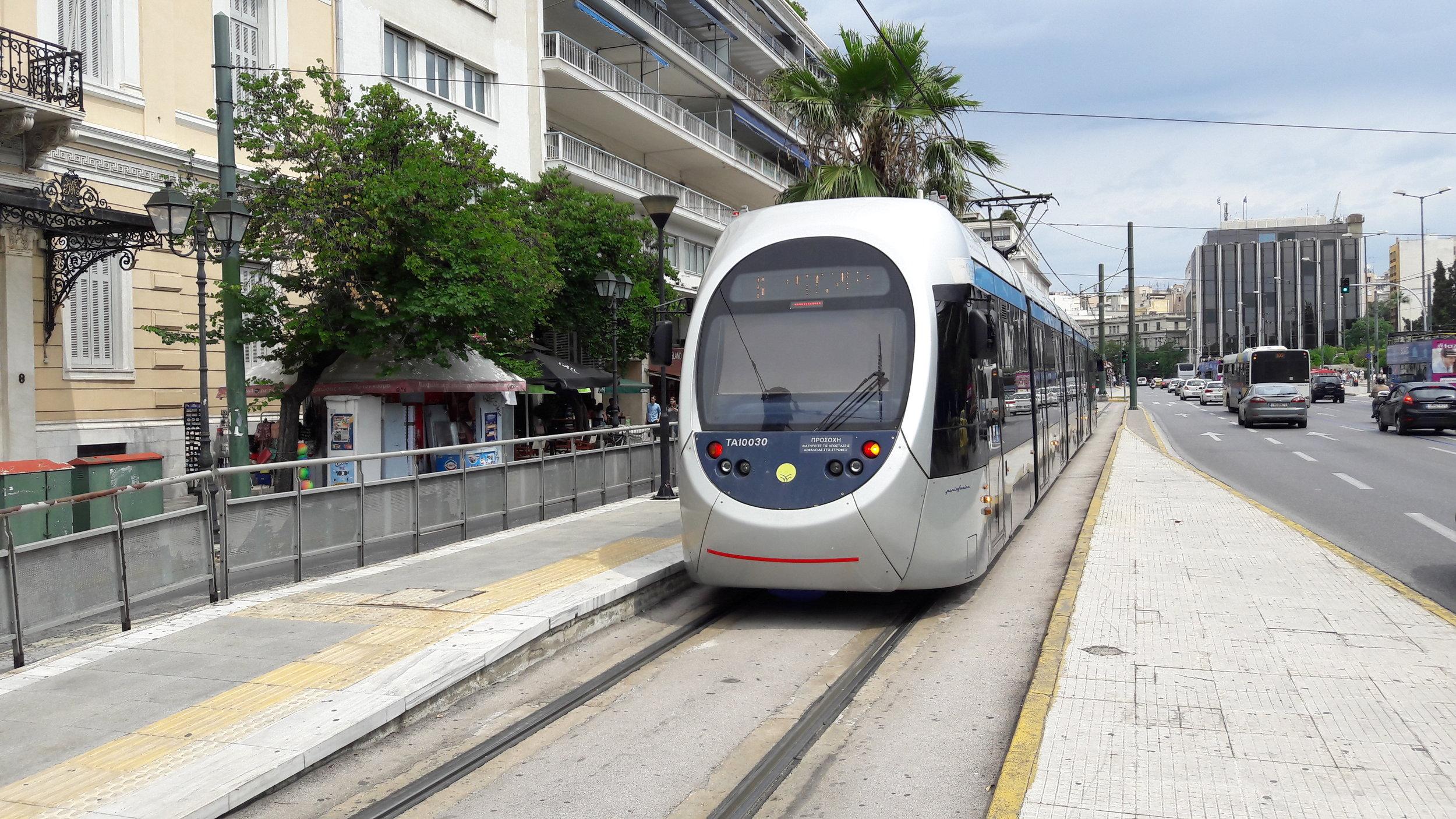 Stávající flotilu 35 ks tramvají typu Sirio dodala italská AnsaldoBreda (dnes Hitachi Rail Italy). Na snímku z 11. června 2017 vidíme konečnou Syntagma, která je umístěna v centru města.