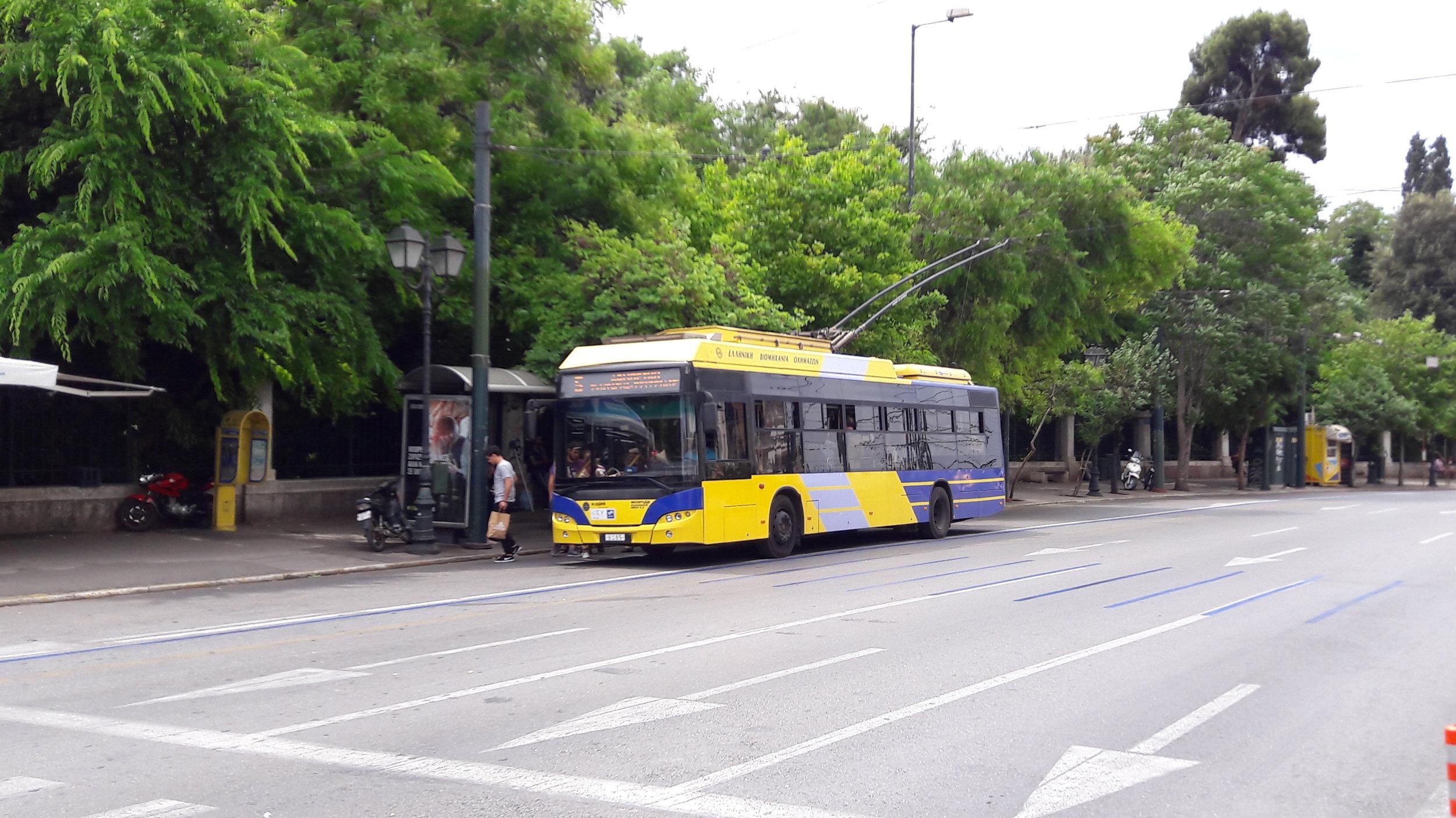 V Aténách si přijdou na své i milovníci trolejbusů, jejich síť totiž patří mezi největší na světě. České trolejbusy zde ale zatím nejezdí.