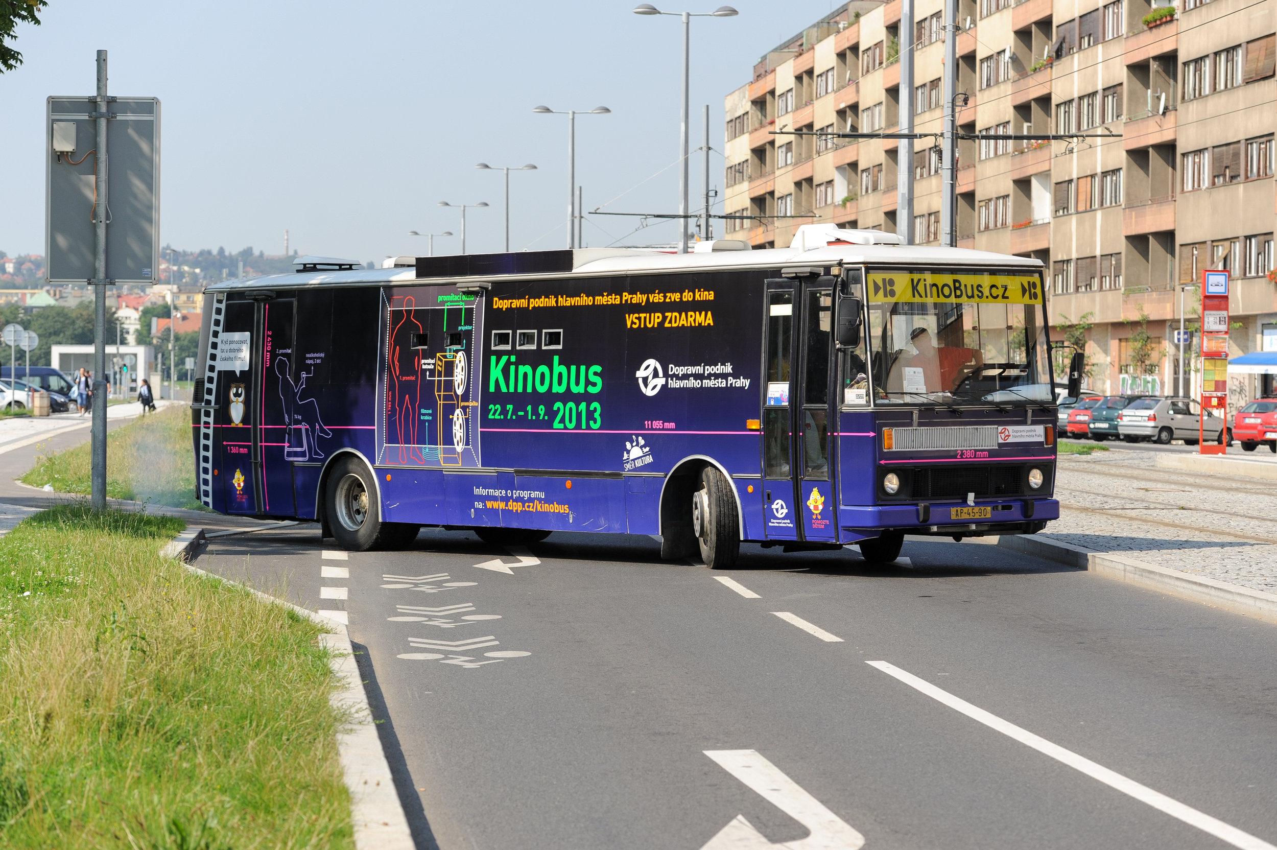 Netradičně upravená Karosa B 732.40 z roku 1990 slouží od roku 2008 jako Kinobus. (foto: DPP)
