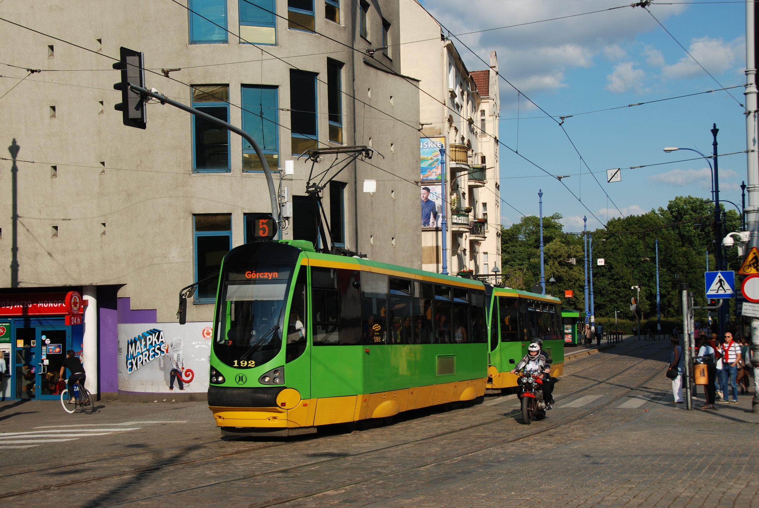 """Tramvaje Moderus Alfa vznikají oficiálně jako modernizace starších vozů Konstal 105N a 105Na. V různých verzích bylo vyrobeno a předáno polským dopravcům již více než 150 těchto tramvají. Na snímku vidíme """"dvojče"""" poznaňských vozů. (foto: Libor Hinčica)"""