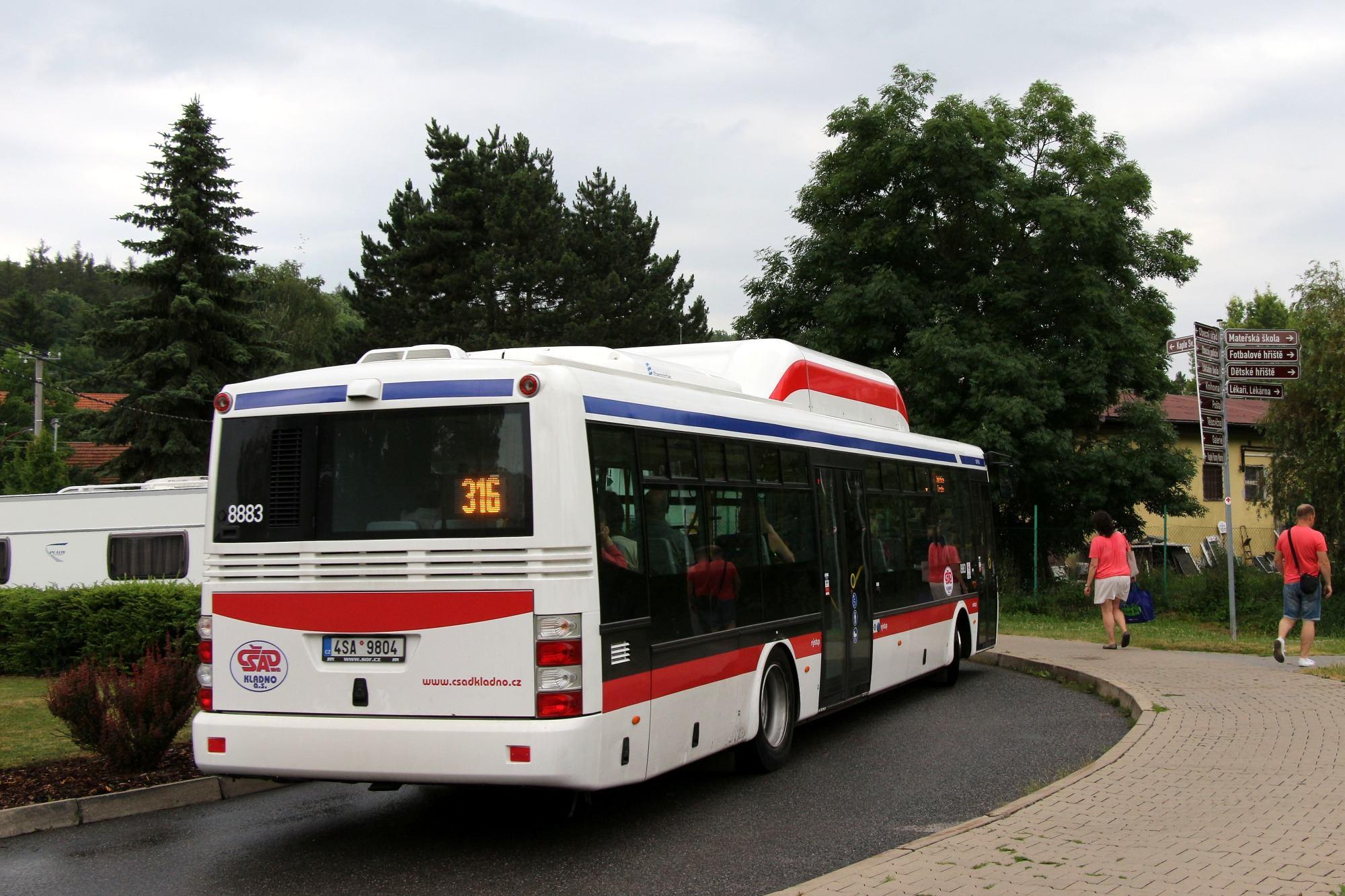 Pohled zezadu na dvoudveřový autobus SOR NB 12 CITY. (foto: Roman Vanka)