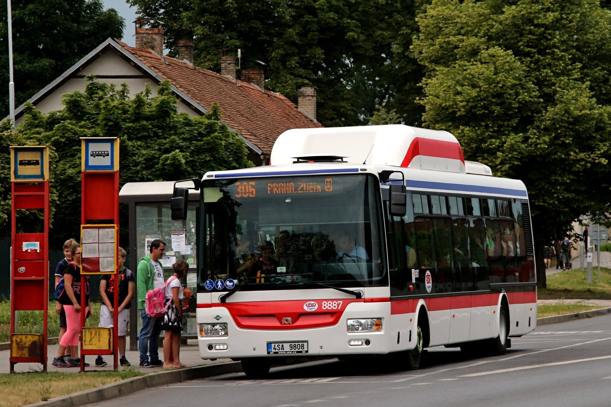 Nové autobusy jsou již nasazovány i na linky spojující Kladno s Prahou. (foto: Roman Vanka)