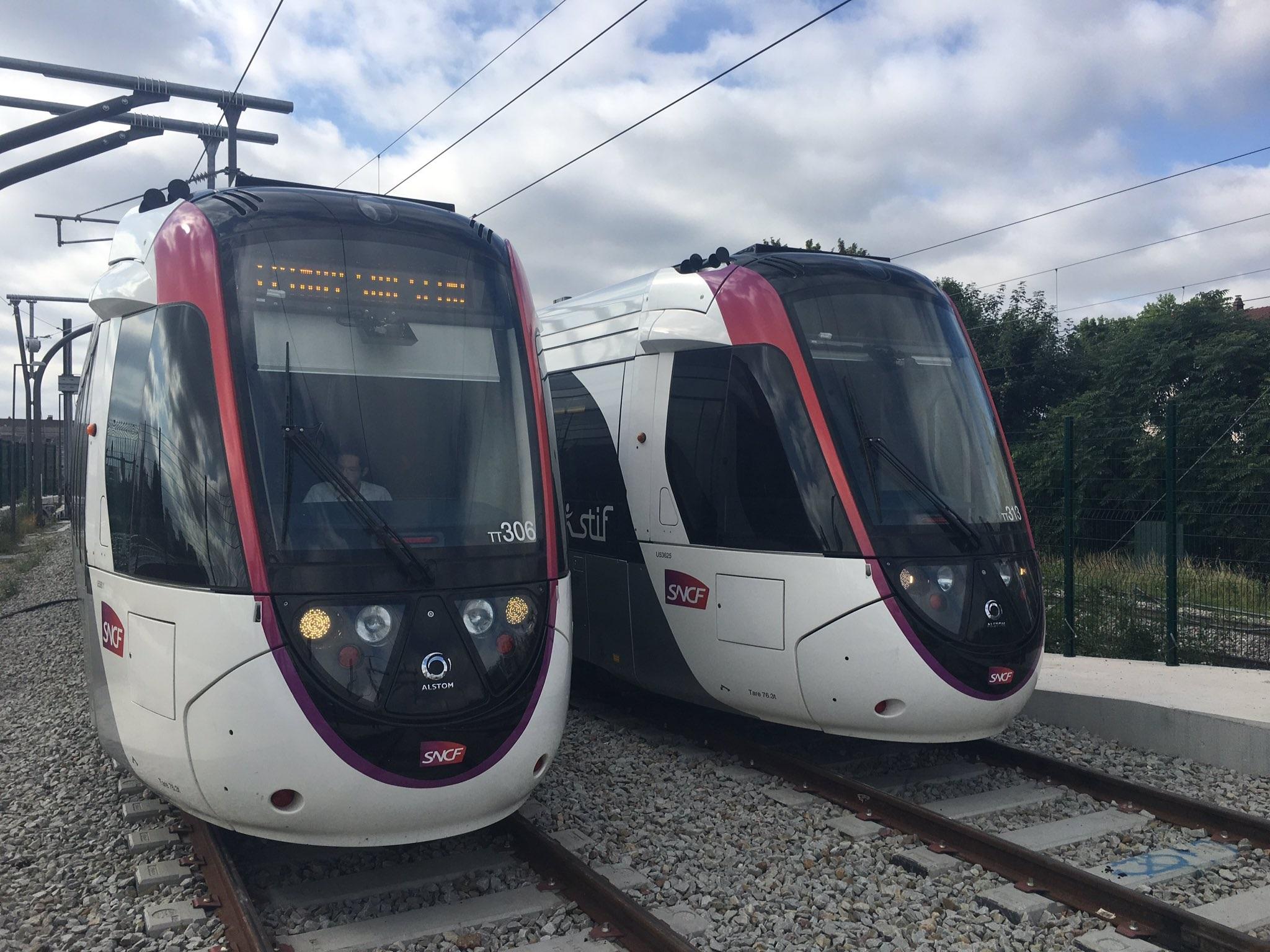 Vlakotramvaje Alstom Citadis Dualis na lince T11 u Paříže. (zdroj: https://twitter.com/Tram11Express)