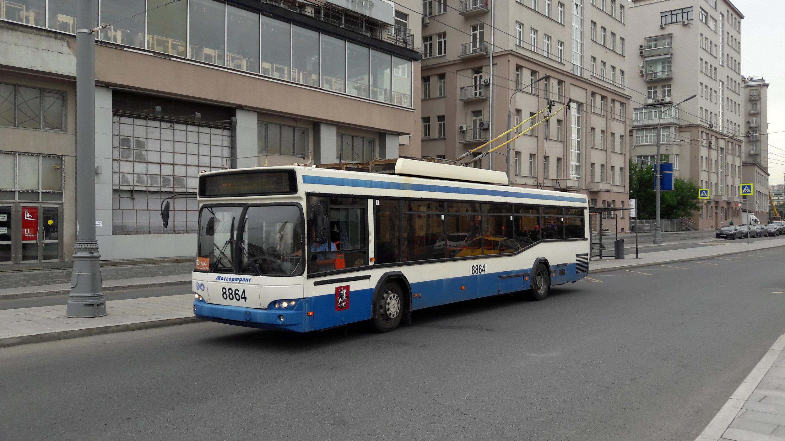 """Tři trolejbusy na konečné Kinoteatr """"Udarnik"""", která leží bezprostředně za hranicemi centra Moskvy."""