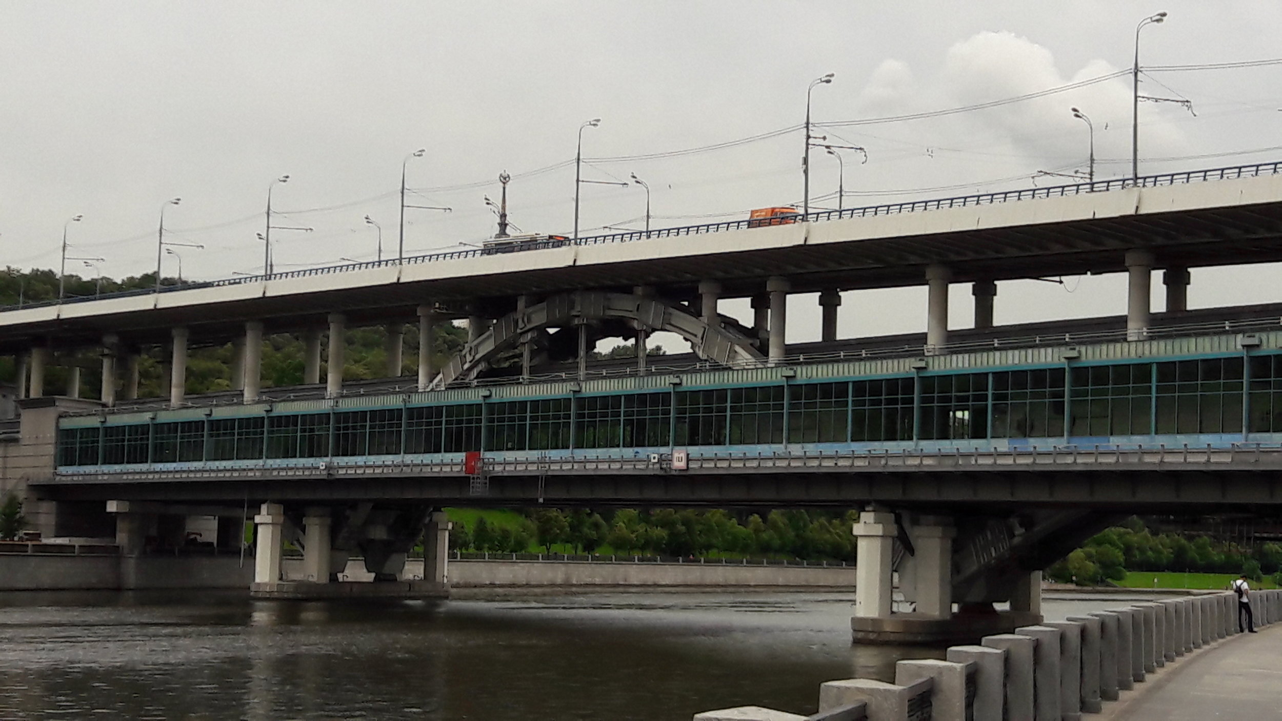 V dolní části tohoto mostu přes řeku Moskvu ležístanice červené linky metra Vorobjovy gory, na horním patře mostu pak jezdí trolejbusy, ovšem jak dlouho ještě?
