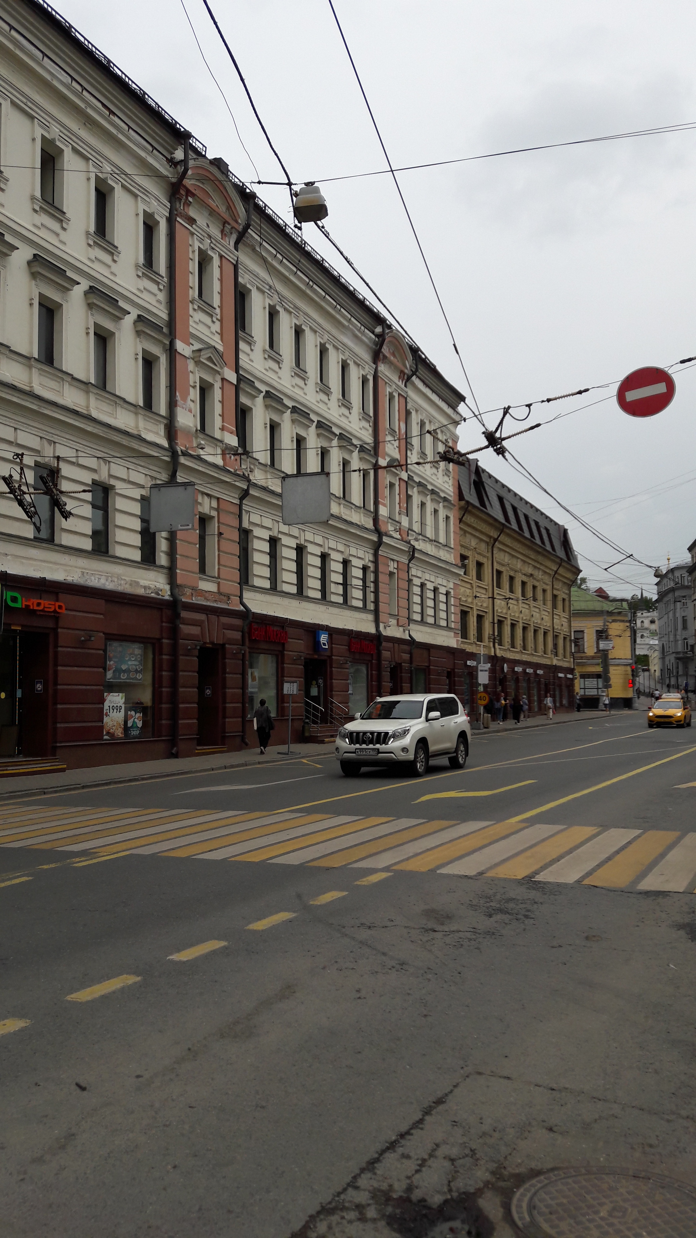 V centru města...