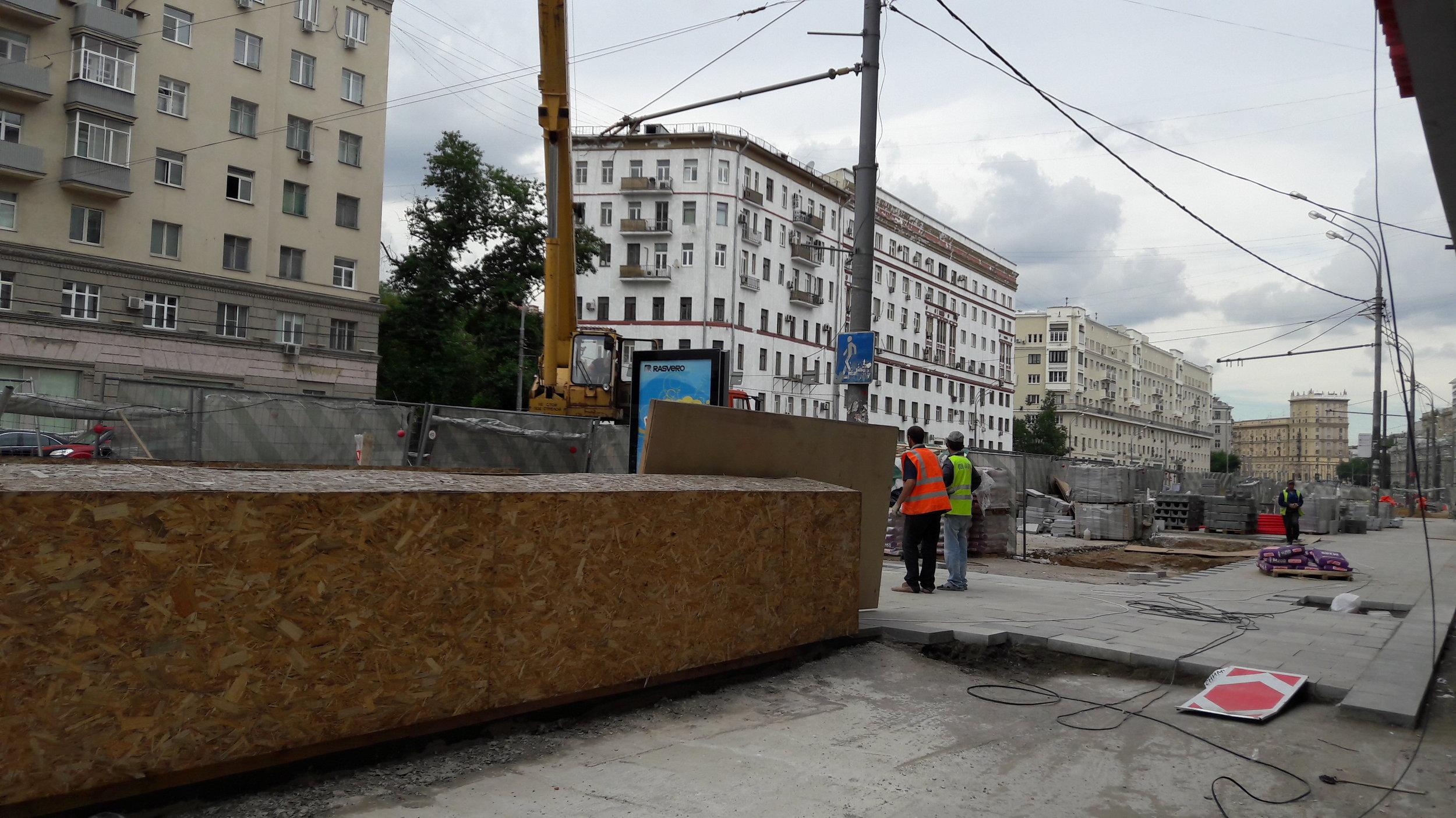 Sadovoje kolco se dle představitelů města, kteří narazili na nevoli místních,mělo nakonec bez trolejbusů obejít jen po dobu rekonstrukce ulice, jenže následovaly výmluva za výmluvou, proč se trolejbusy ještě nevrátí, a dnes užnad tímto důležitým silničním okruhem Moskvy trolej spíše nevisí, než visí.