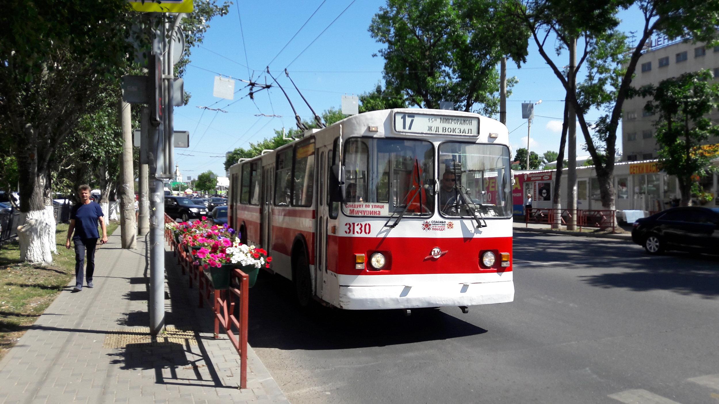 V ulicích Samary zatím přetrvávají starší modely trolejbusů.