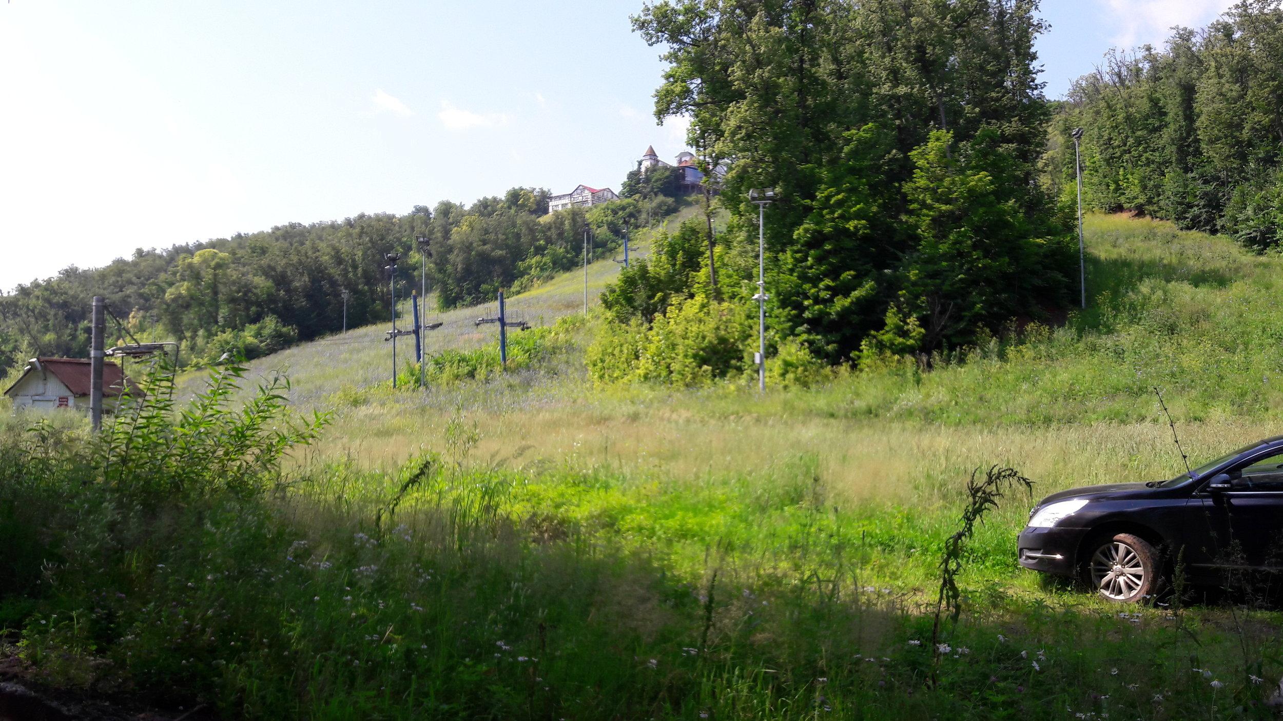 Spodní stanice lanové dráhy a okolí.