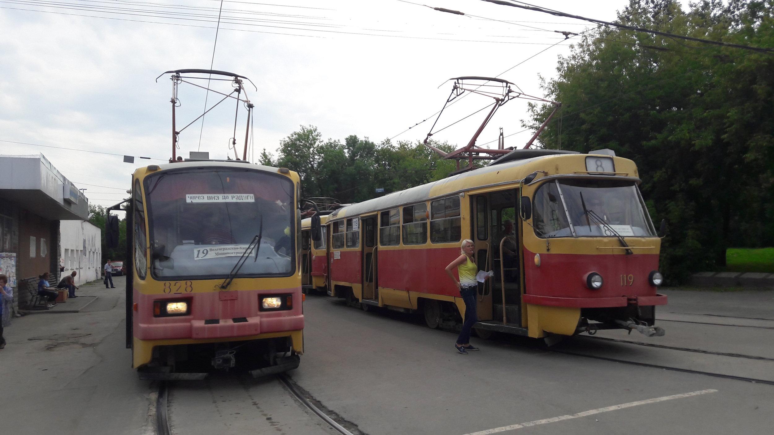 Tramvaje na konečné Mašinostroitělej na severu města. Základem místního vozového parku jsou i po více než čtvrtstoletí od rozpadu SSSR vozy z produkce ČKD, jmenovitě typy T3SU a T6B5SU. Povšimněte si exteriéru obou tramvají a hádejte, jak jsou staré. Odpověď: ta vlevo typu 71-403 má sotva deset života, když byla uvedena do provozu v prosinci 2006, ta druhá typu T3SU letos slaví své 40. narozeniny!