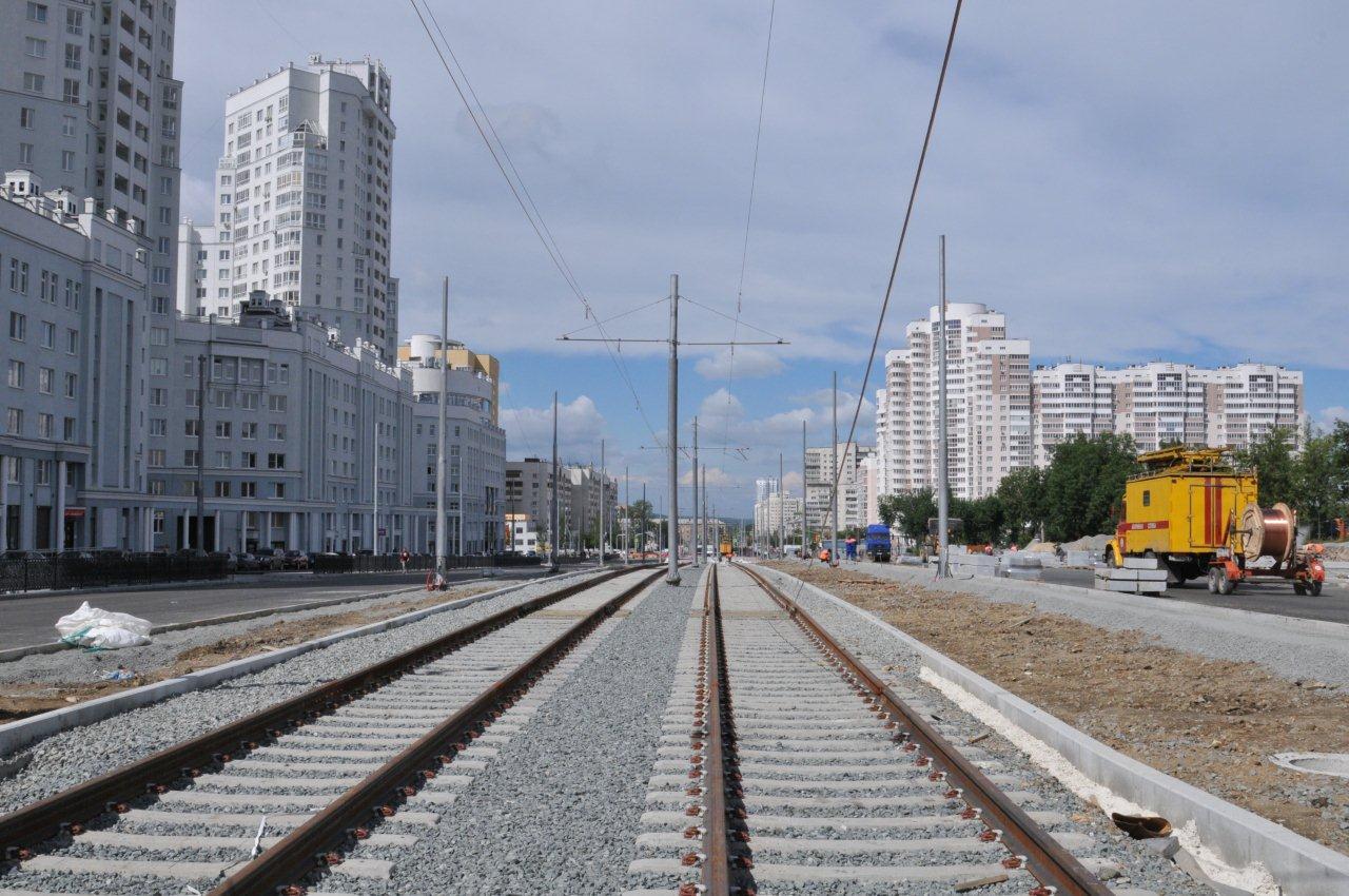 Tři snímky z montáže nové trati vedoucí kolem fotbalového stadionu. (foto:ЕМУП «Трамвайно-троллейбусное управление»