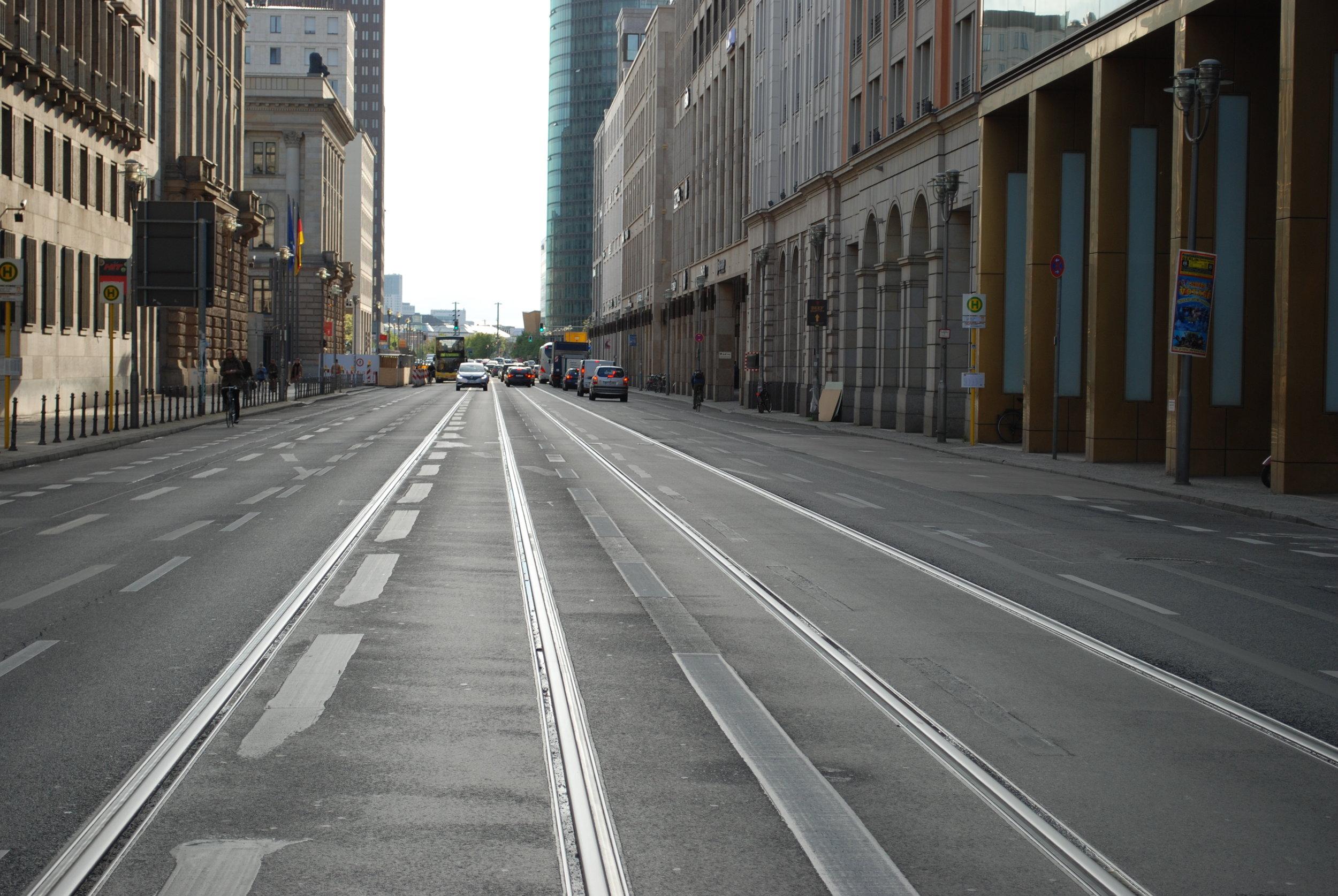 V roce 2000 byly položeny koleje na ulici Leipziger Straße. Směřovat měly do části Tiergarten a v opačném směru k Alexanderplatzu. Doposud po nich žádná tramvaj nejela. (foto: Libor Hinčica)