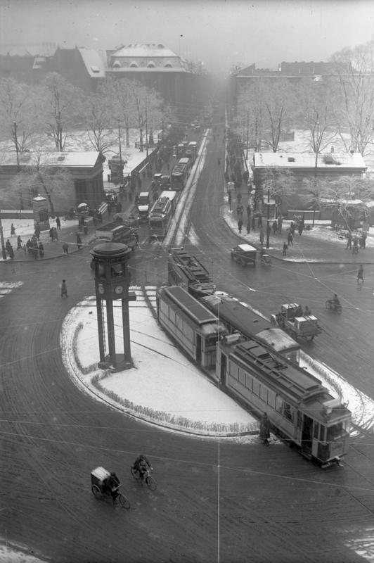 Leipziger Straße ústí do Potsdamer Platzu. Do postavení Berlínské zdi v roce 1961 zde panoval čilý dopravní ruch (byť tramvajová síť již byla rozdělena). V roce 1970 byl provoz tramvají na Leipziger Straße zastaven. (zdroj: Wikipedia.org)