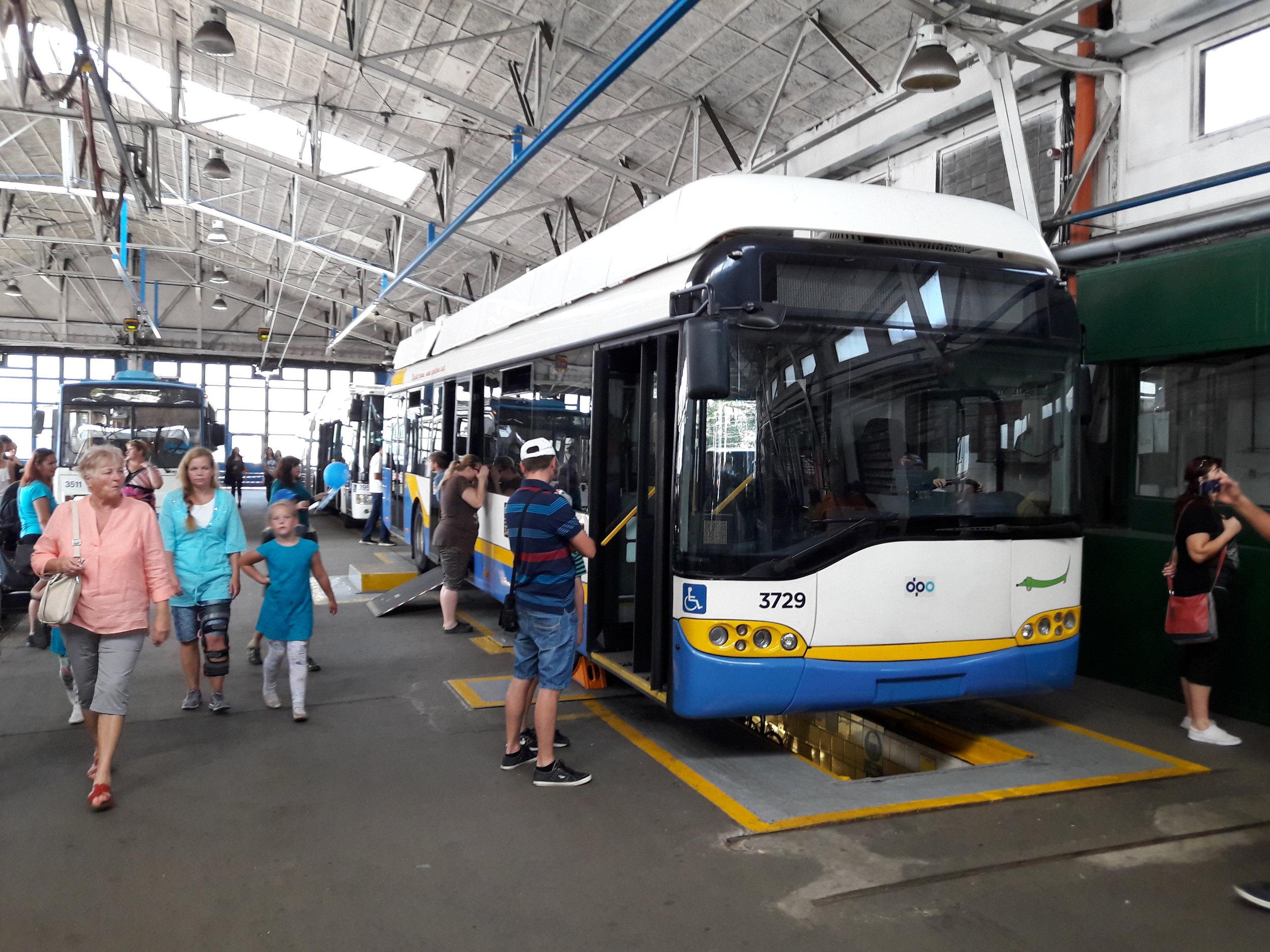 Návštěvníci oslav si mohli prohlédnout všechny typy trolejbusů, od starších až po ty nové. (foto: Vít Hinčica)