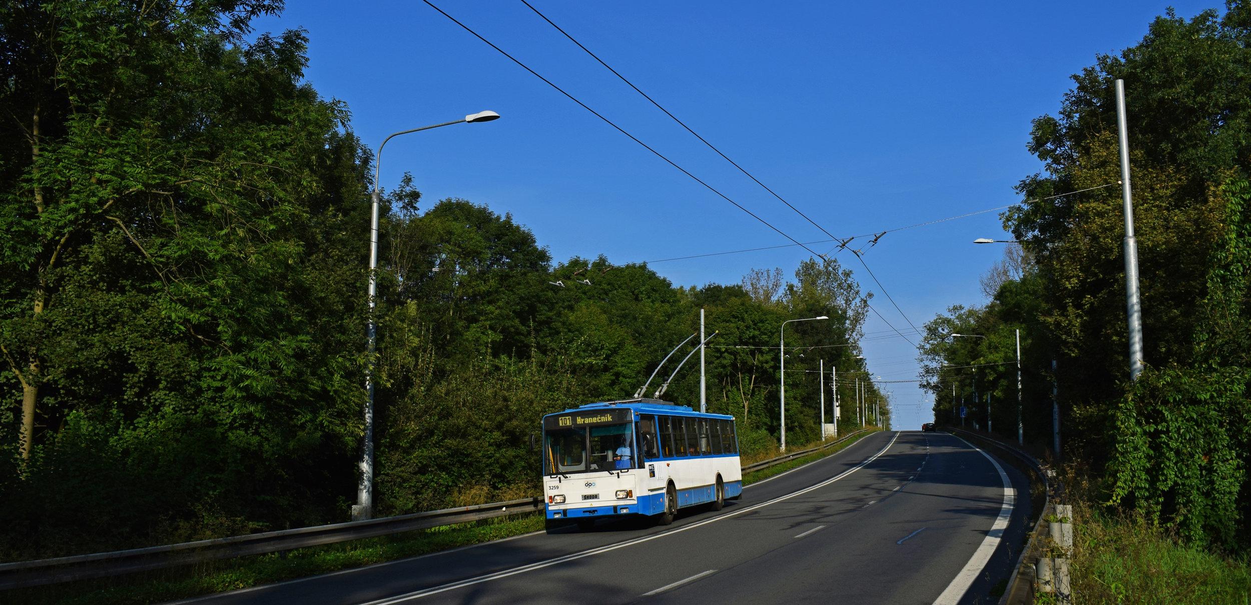 Trolejbus na zatím posledním otevřeném úseku na Hranečník dne 9. 9. 2017. Dočká se ostravská trolejbusová síť dalšího rozšiřování? (foto: Petr Bystroň)