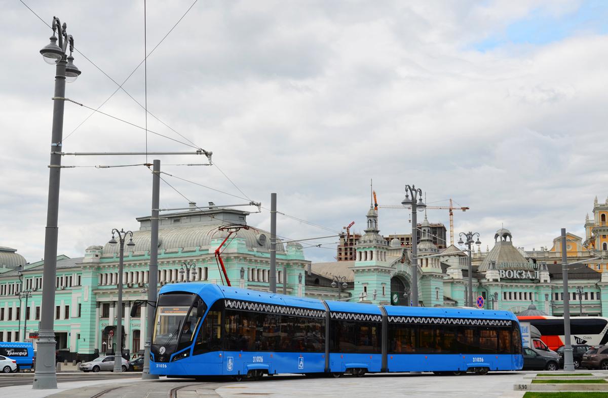 Tramvaj Vitjaz'-M na novém úseku vedenému k Běloruskému nádraží na konečnou Tverskaja Zastava. Po neutěšených letech se letos poprvé moskevská tramvajová síť opět rozšířila, byť jen o zhruba km. Pravidelný provoz k nádraží byl zahájen 9. 9. 2017.(snímek: I. S. Miščenkov)