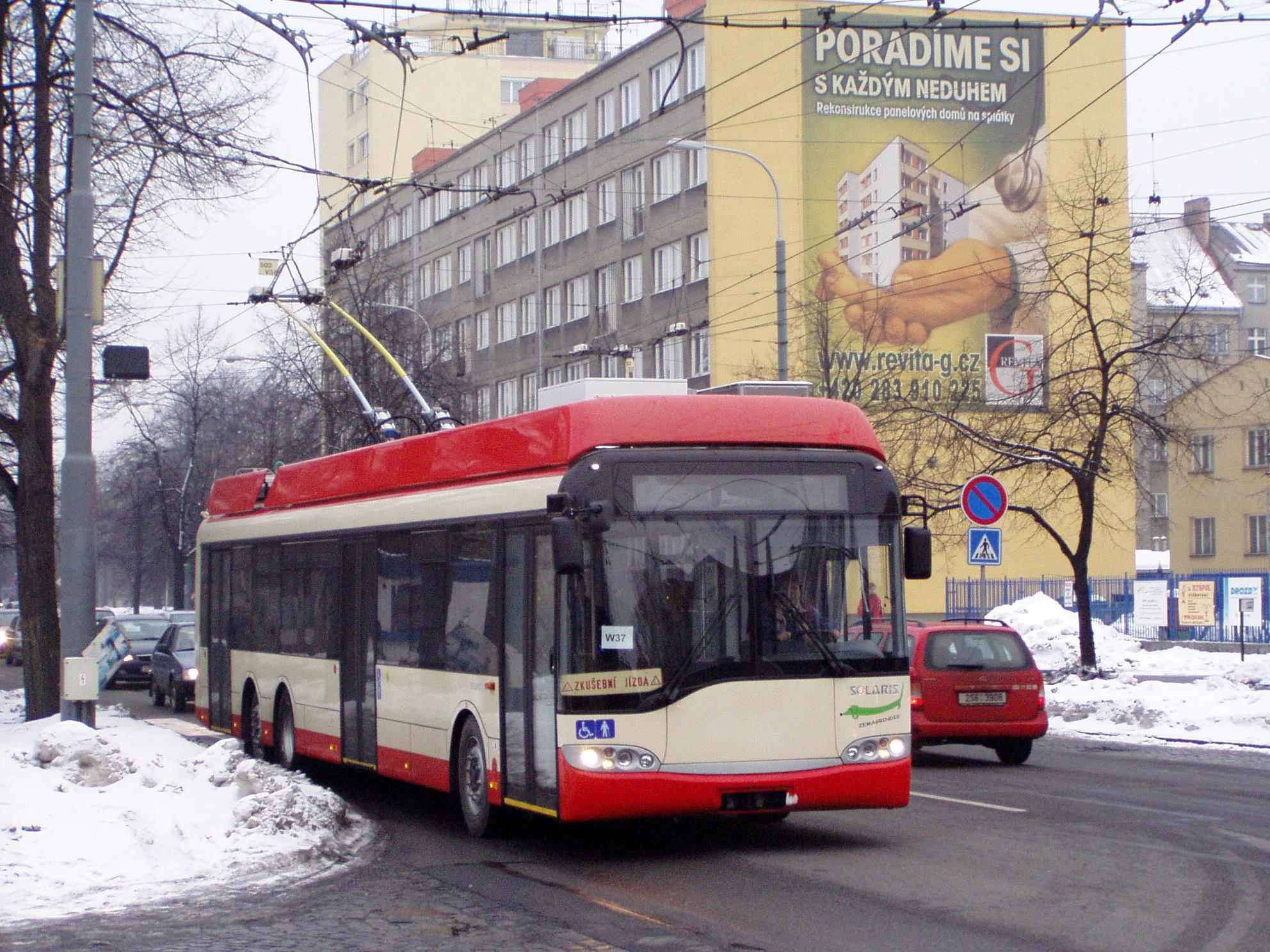 Výroba poslední větší série trolejbusů pro Vilnius probíhala v Ostravě. Na snímku z roku 2006 je zachycen jeden z vozů Solaris Trollino 15 AC vybavený elektrovýzbrojí od firmy Cegelec. (foto: Libor Hinčica)