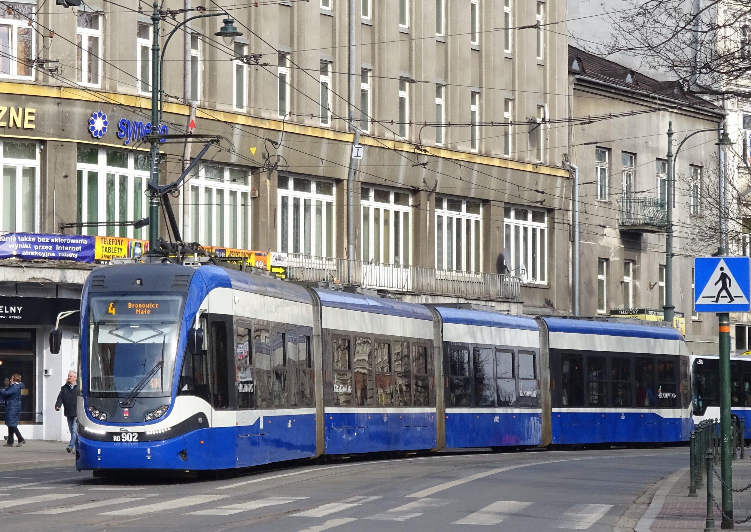 PESA 2014N známá jako Krakowiak je nejdelší tramvají provozovanou v Krakově. Dodávka 36 vozů tohoto typu se stala důvodem, proč chtěl MPK Kraków výrobce vyloučit z aktuálního tendru na dalších 50 vozidel. (zdroj: Wikipedia.pl)