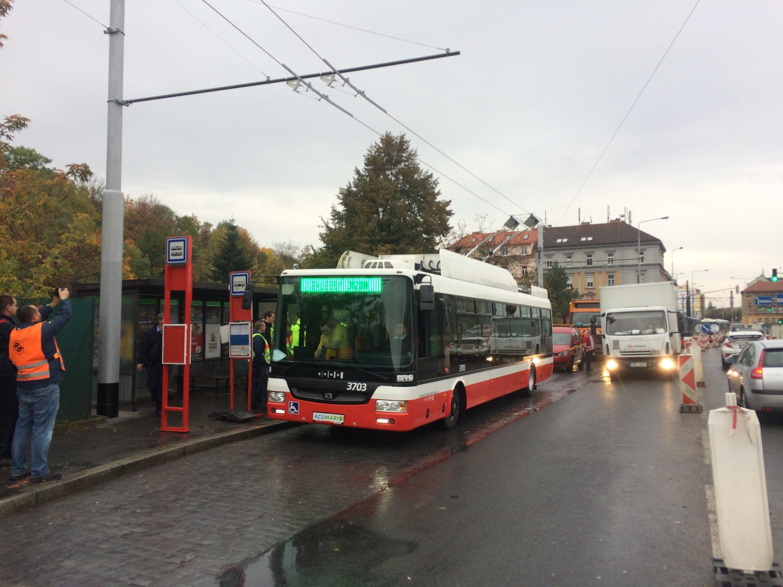 Dne 10. 10. 2017, krátce po čtvrt na jedenáct dopoledne, urazil v Praze své první metry trolejbus.(foto: Libor Hinčica)