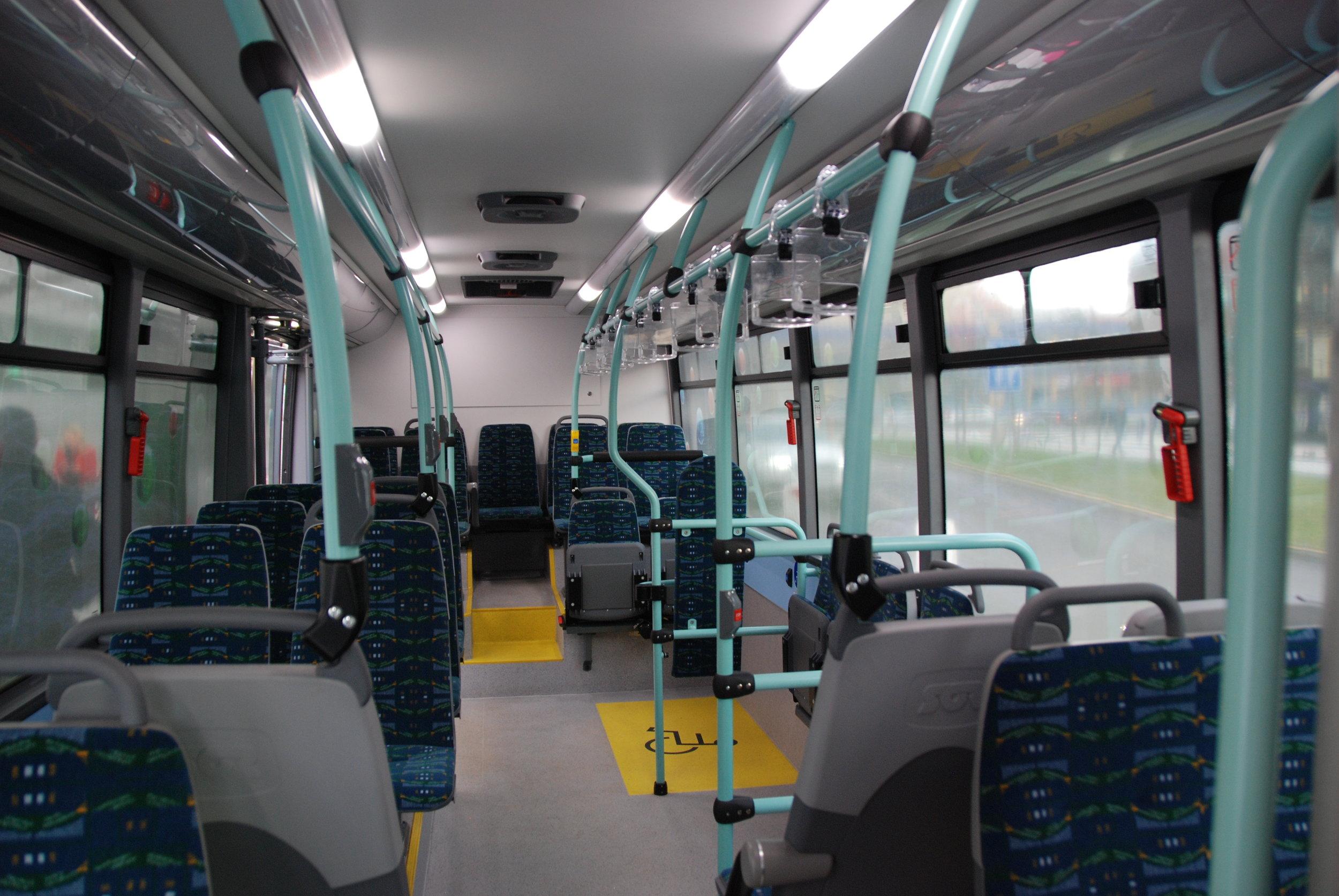 Částečně nízkopodlažní elektrobusy dodal SOR Libchavy. Vozy ovšem nejsou čistě elektrické, topení je naftové. (foto: Libor Hinčica)