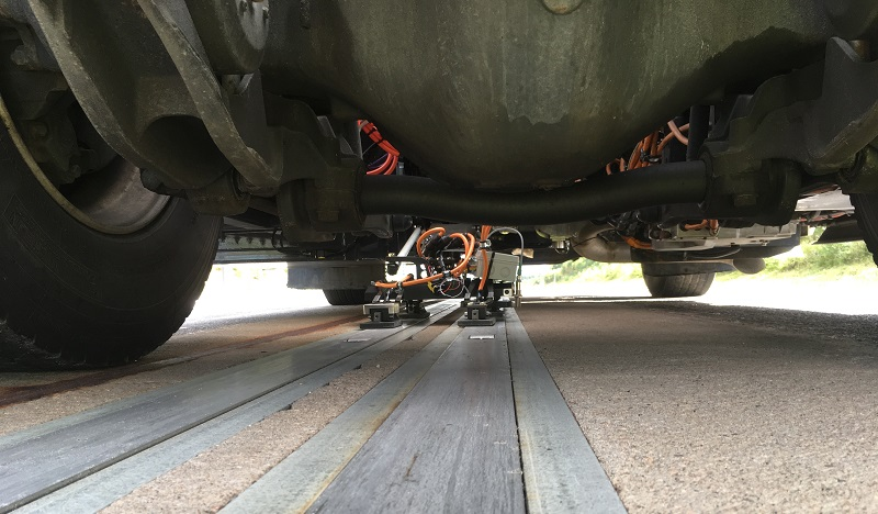 Systém APS použitý ve formě dvou kolejnic pro napájení nákladního automobilu. (foto: Alstom)