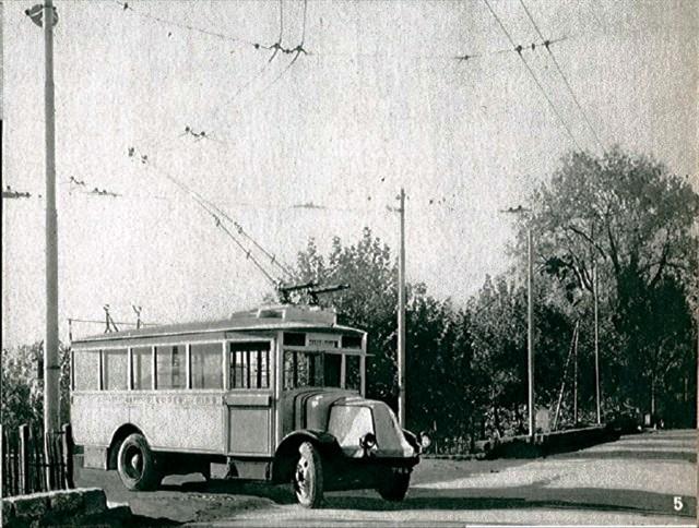 Na konečné Gémenos byl nedlouho po zavedení trolejbusového provozu zřízen triangl, neboť tamní radnice měla za to, že otáčení vozů s pomocí kabelu není bezpečné. Konečná byla při této akci posunuta.Roku 1948 pak byla konečná s trianglem zrušena a blíže k centru města byla zřízena klasická smyčka. (foto: archiv G. Mullera)