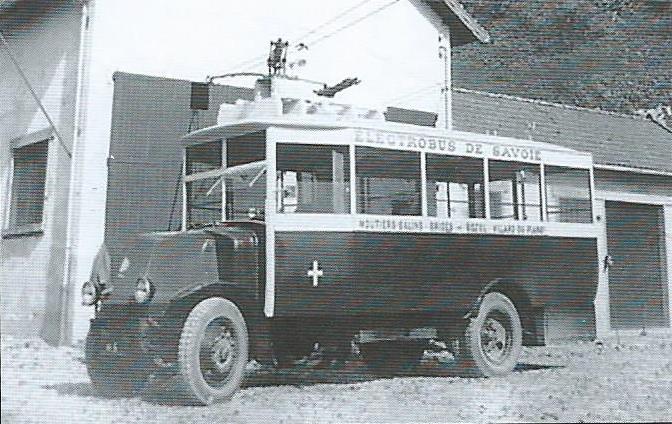 Vůz typu O.T.S.M. před vozovnou v obci Villard-du-Planay na snímku roku 1930. (foto: sbírka Jeana Laudona, bývalého dlouholetého ředitele podniku Electrobus de la Savoie)